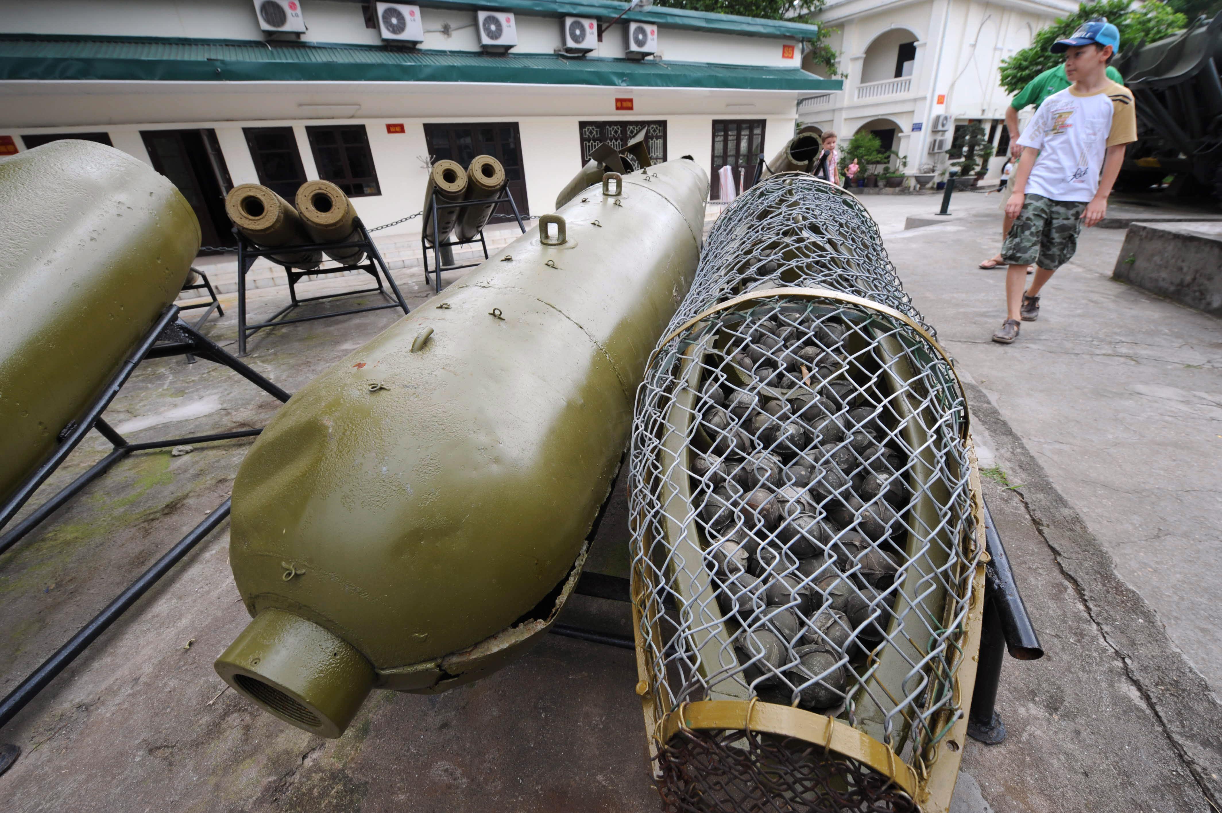 نماذج لقنابل عنقودية معروضة في فيتنام