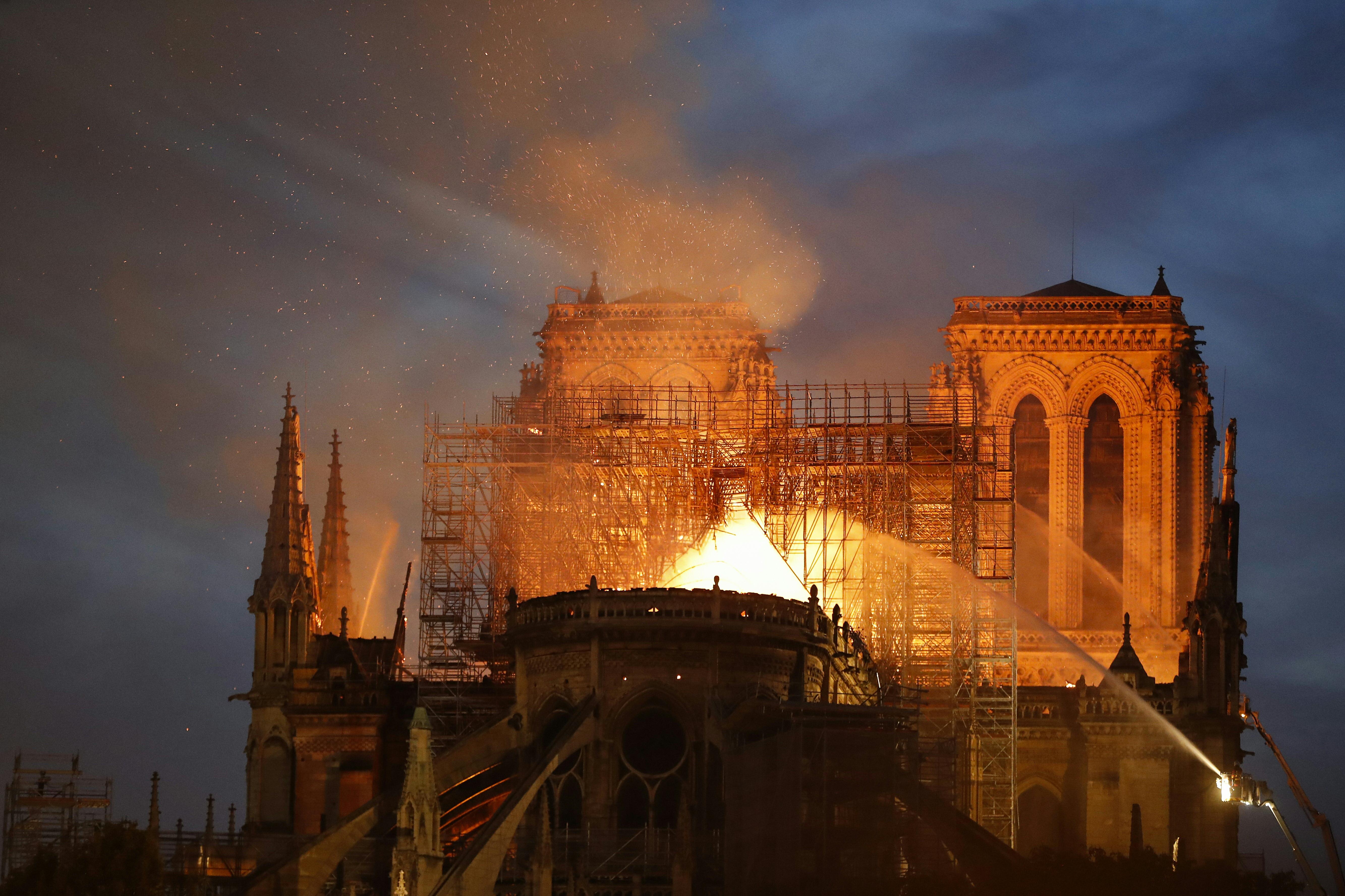 أثناء عملية إطفاء كاتدرائية نوتر دام - 15 نيسان/أبريل 2019