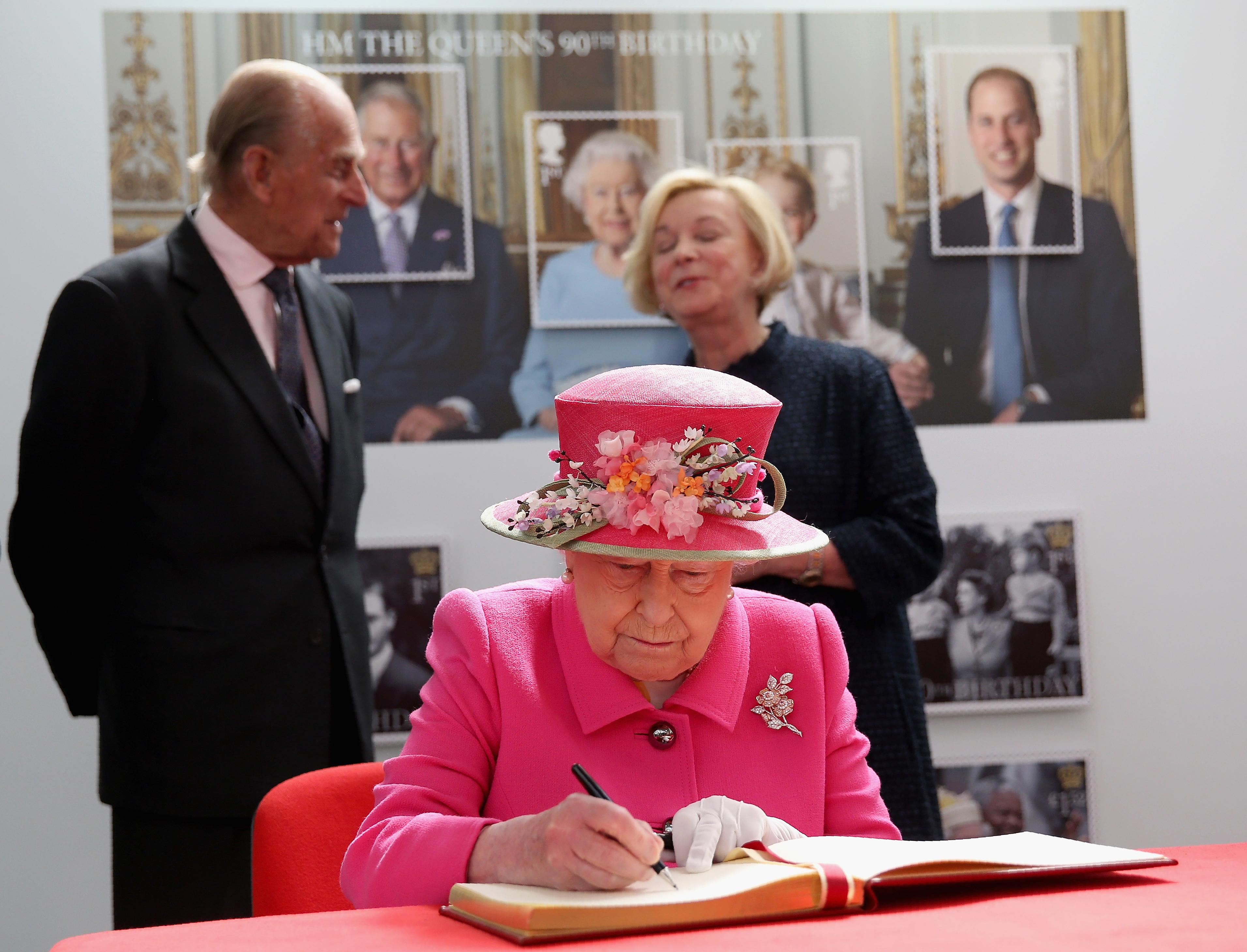 الملكة إليزابيث في مكتب البريد الملكي في غرب لندن