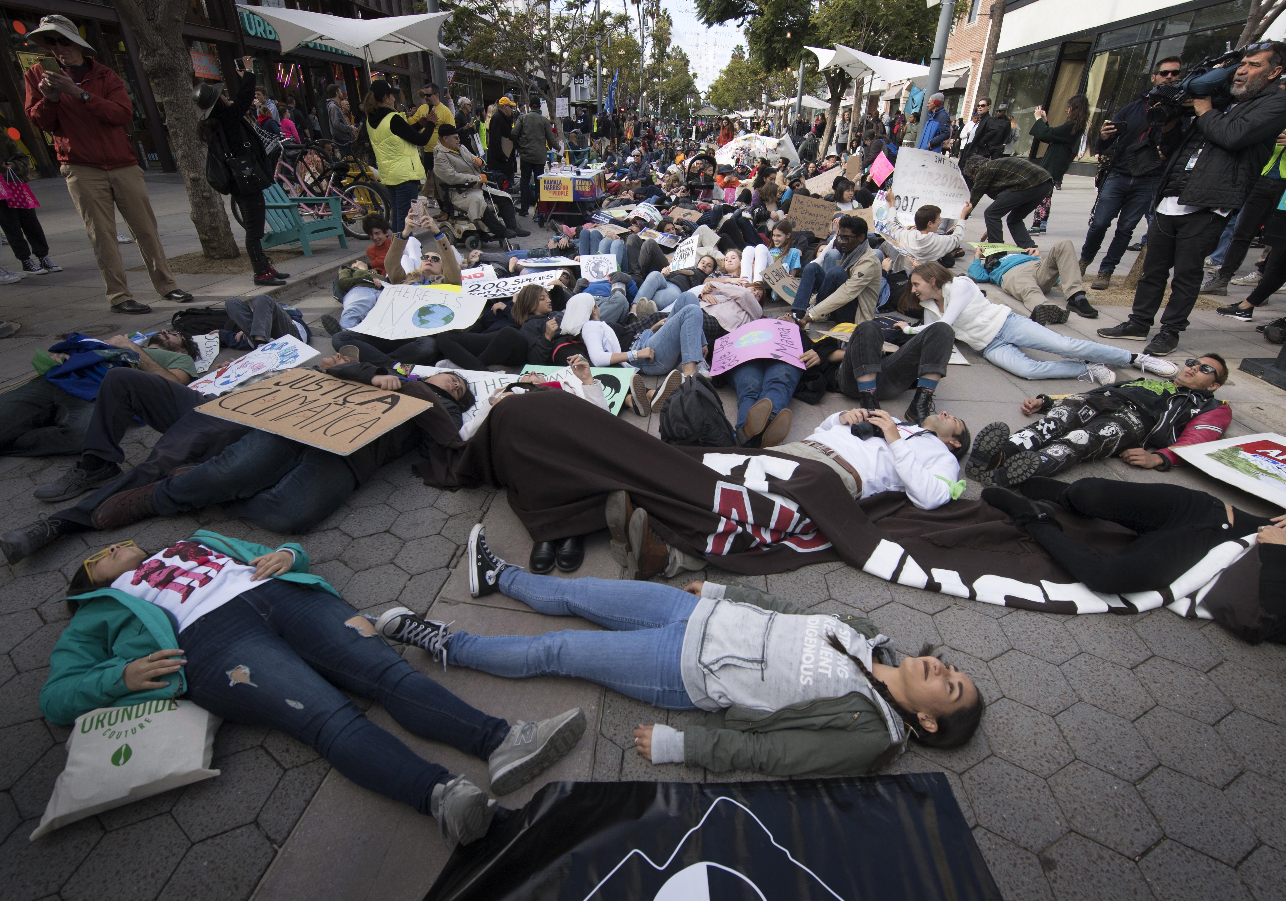 """في سانت مونيكا بولاية كاليفورنيا متظاهرون يحتجون على """"النزعة الاستهلاكية"""""""