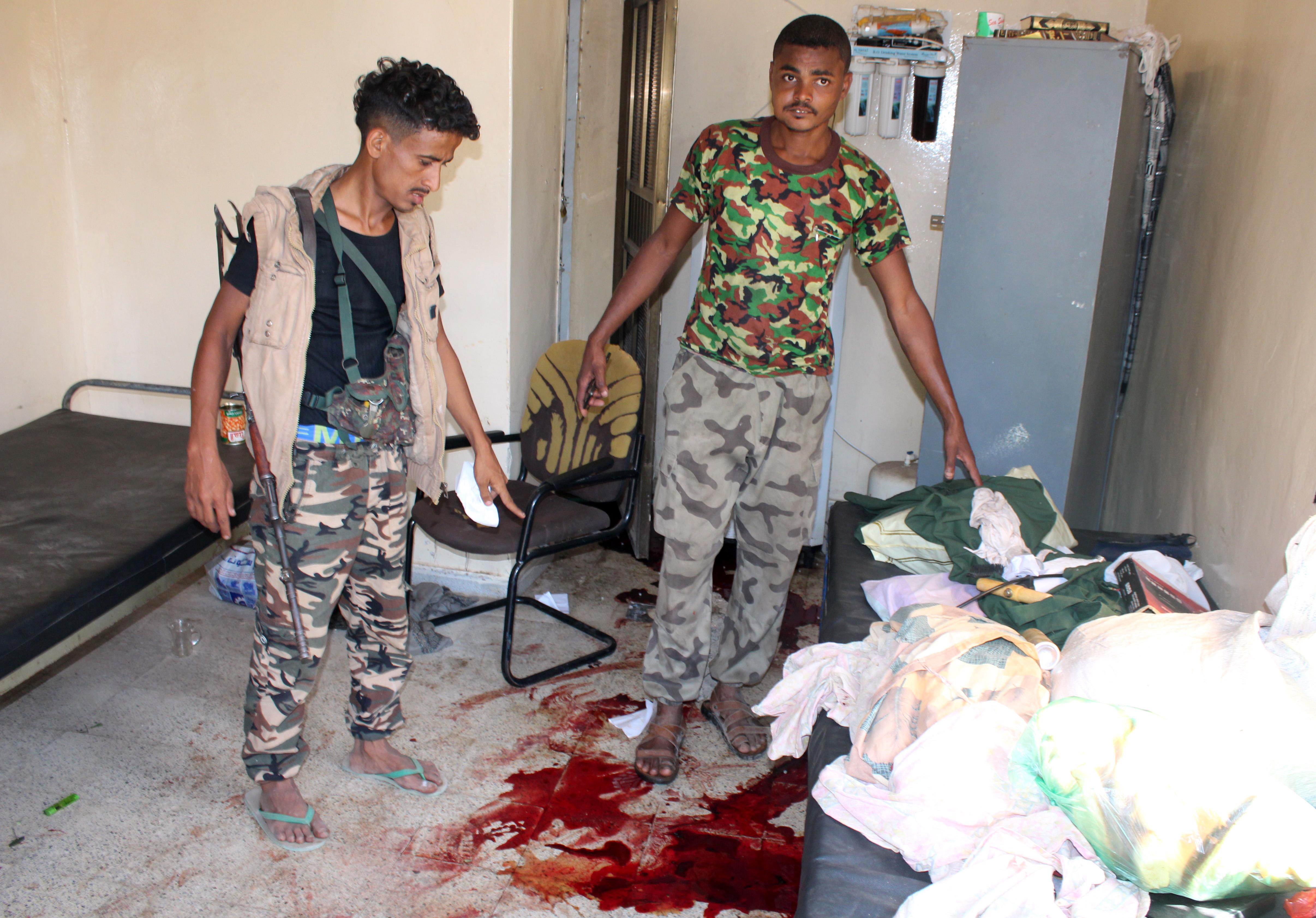 مقاتلون موالون للحكومة اليمنية يتفقدون دار رعاية المسنين