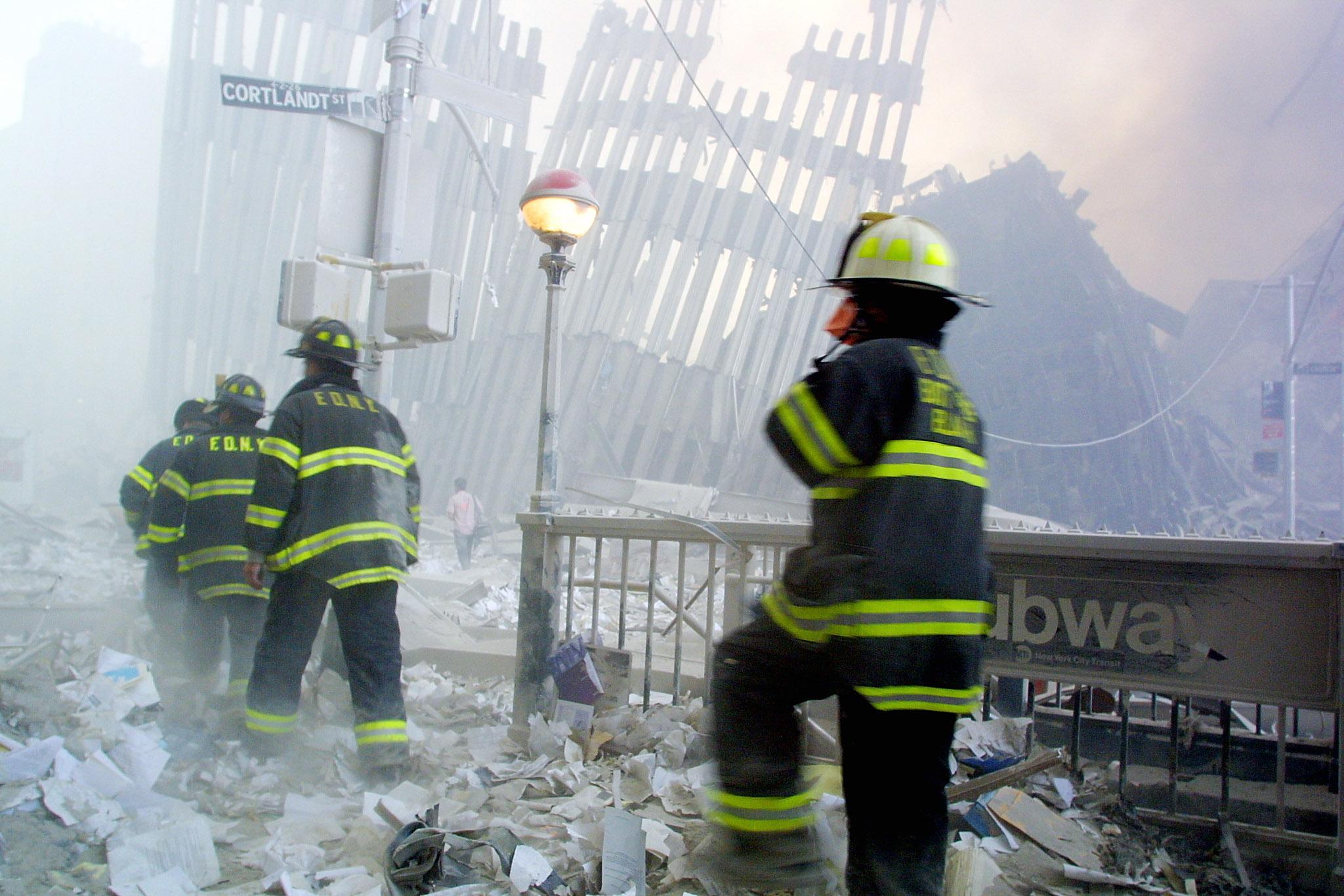 عناصر في المطافئ في موقع انهيار برج مركز التجارة العالمي الأول