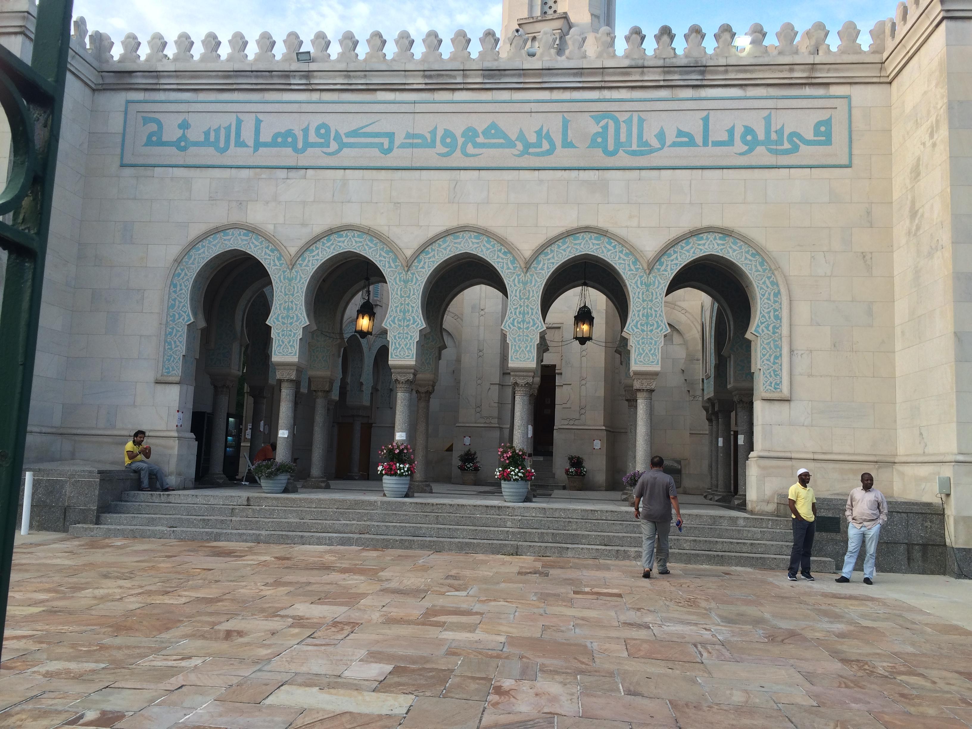 كتابة على مدخل المسجد