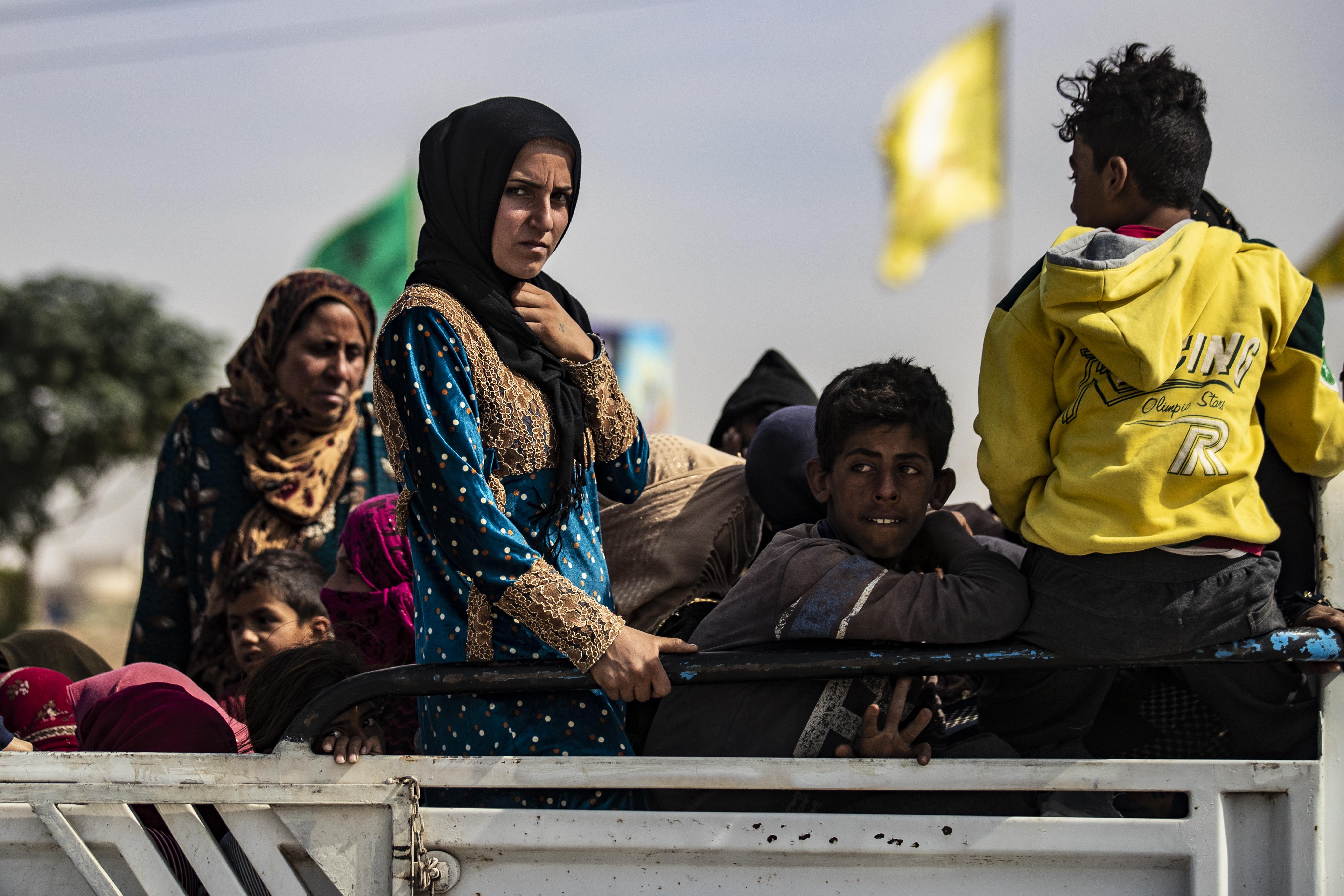امرأة سورية تفر مدينة الحسكة السورية بعد اندلاع العملية العسكرية التركية - 11 أكتوبر 2019