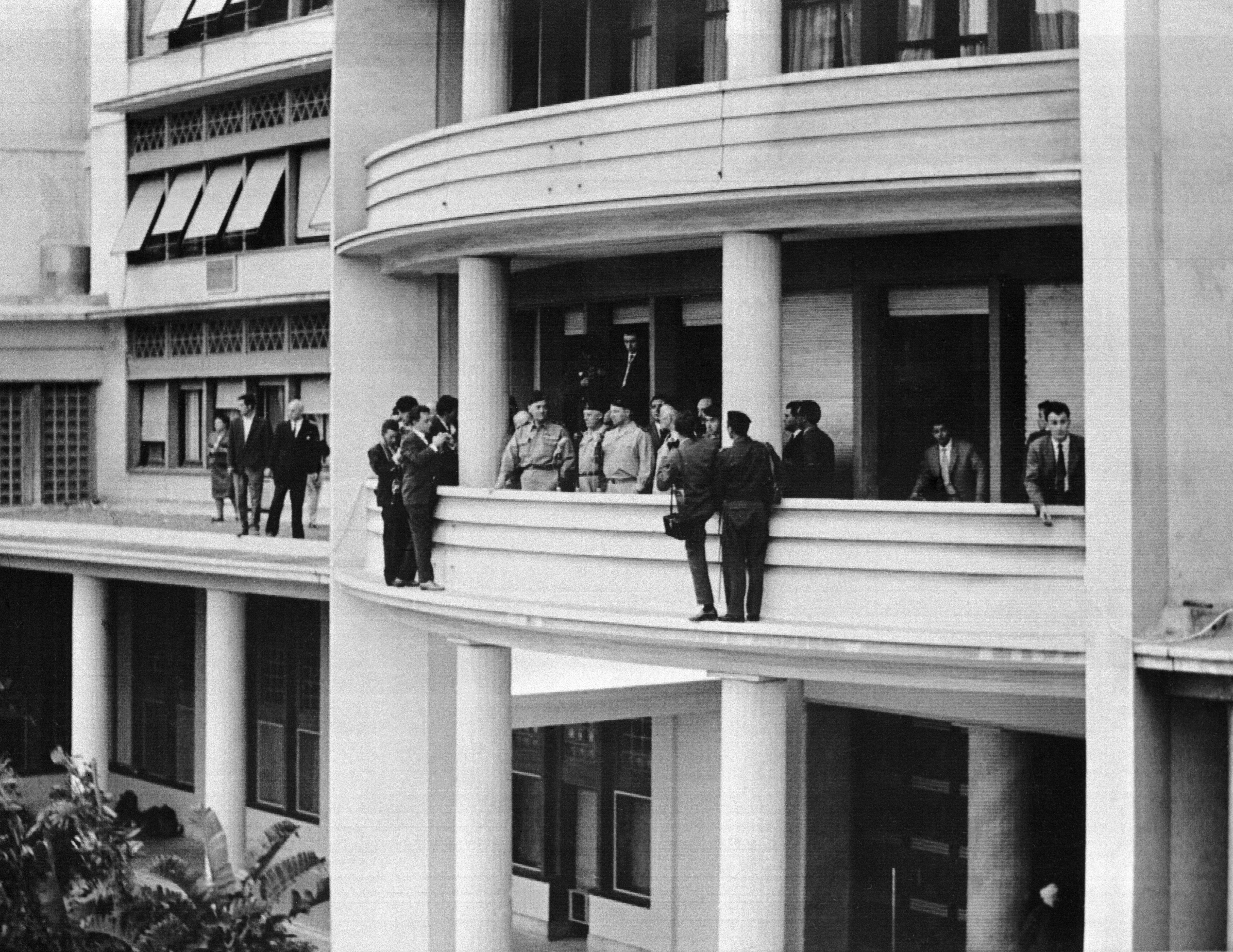جنرالات فرنسيون في العاصمة الجزائر في 24 أبريل 1961، بعد انقلابهم العسكري ضد ديغول