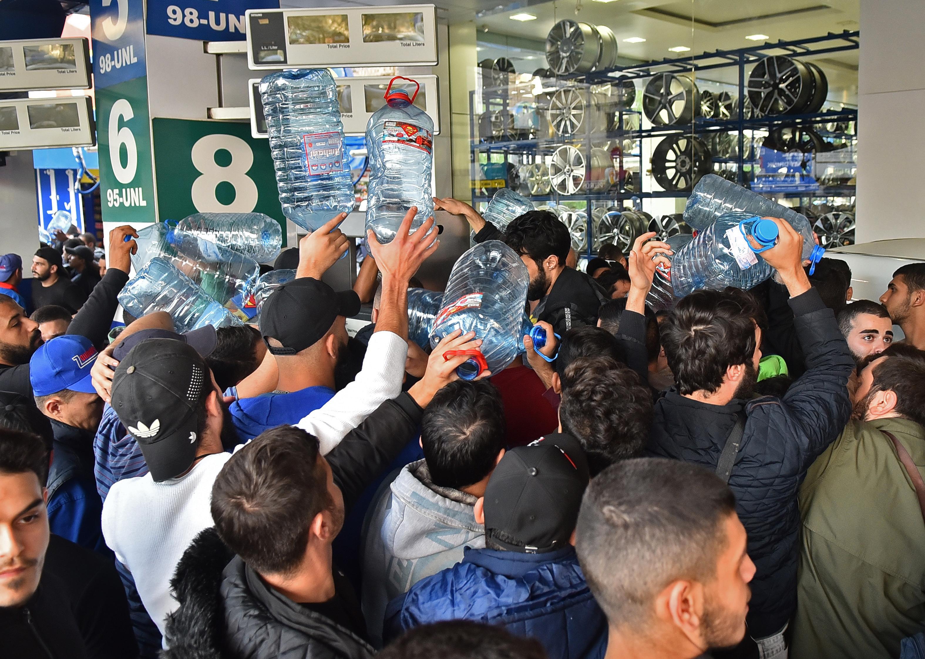لبنانيون يصطفون أمام محطة وقود في بيروت