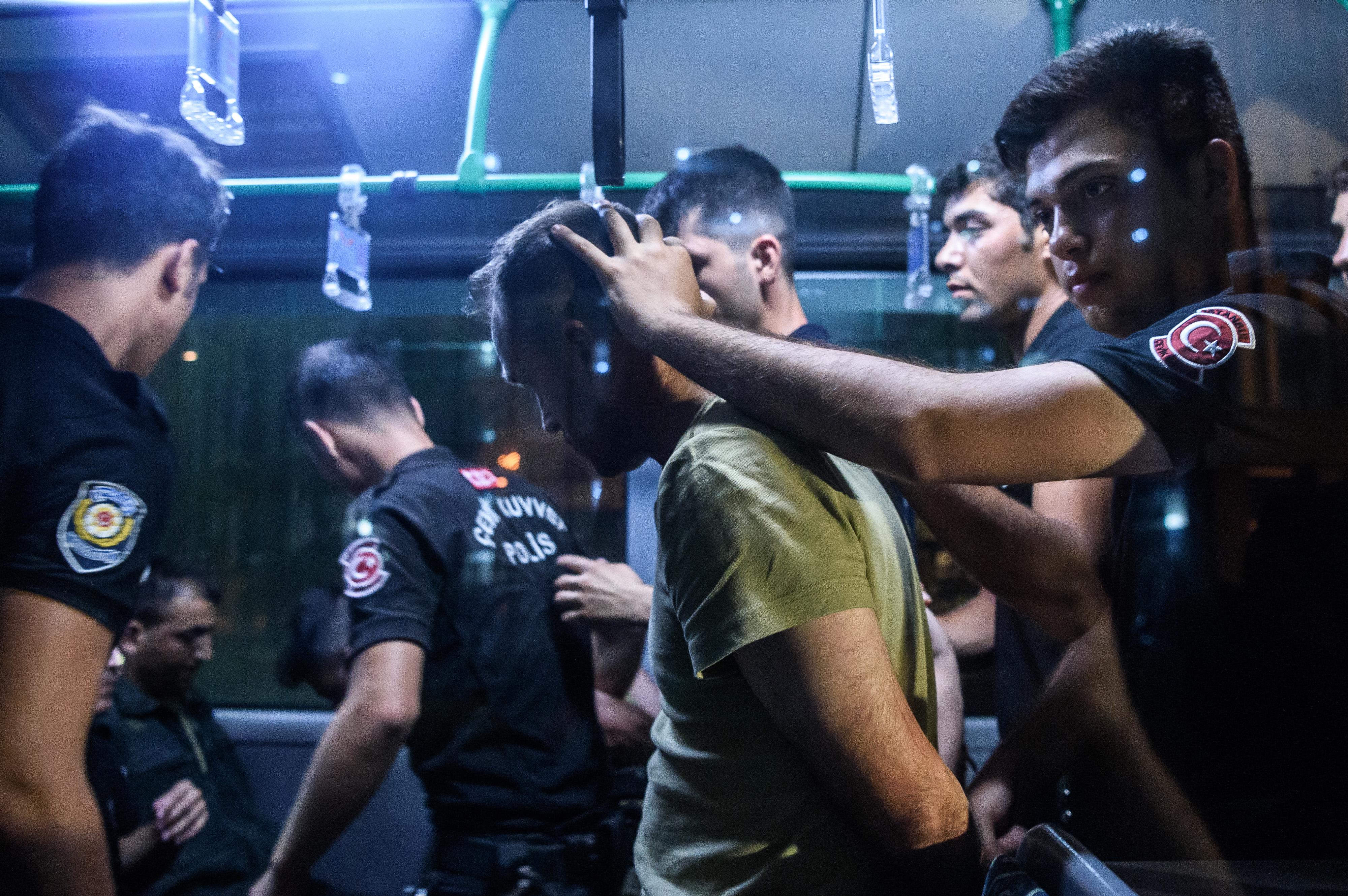 الأمن التركي خلال حملة اعتقالات بعد محاولة الانقلاب