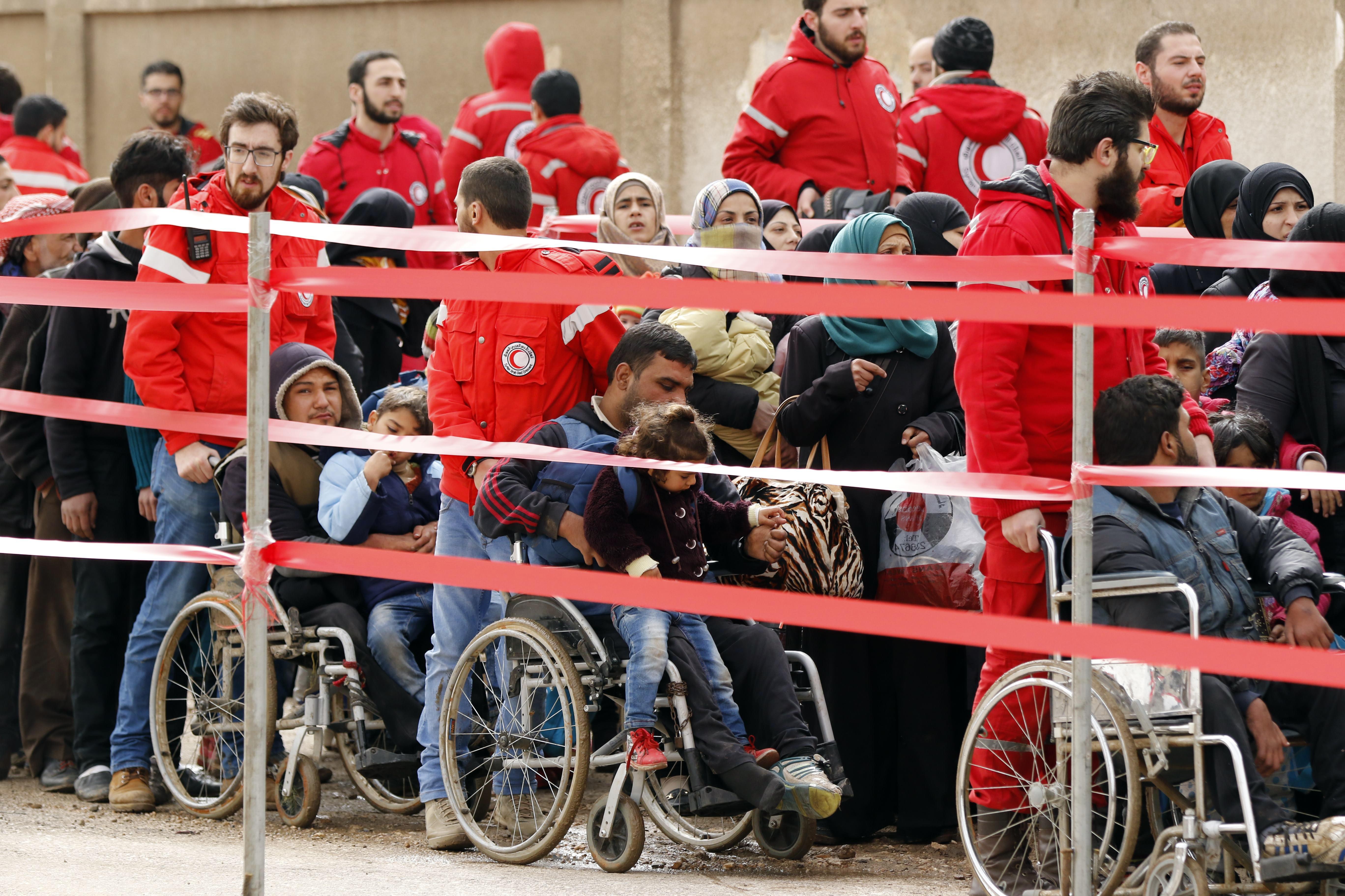 مسلحو المعارضة وعائلاتهم قبيل مغادرتهم حي الوعر