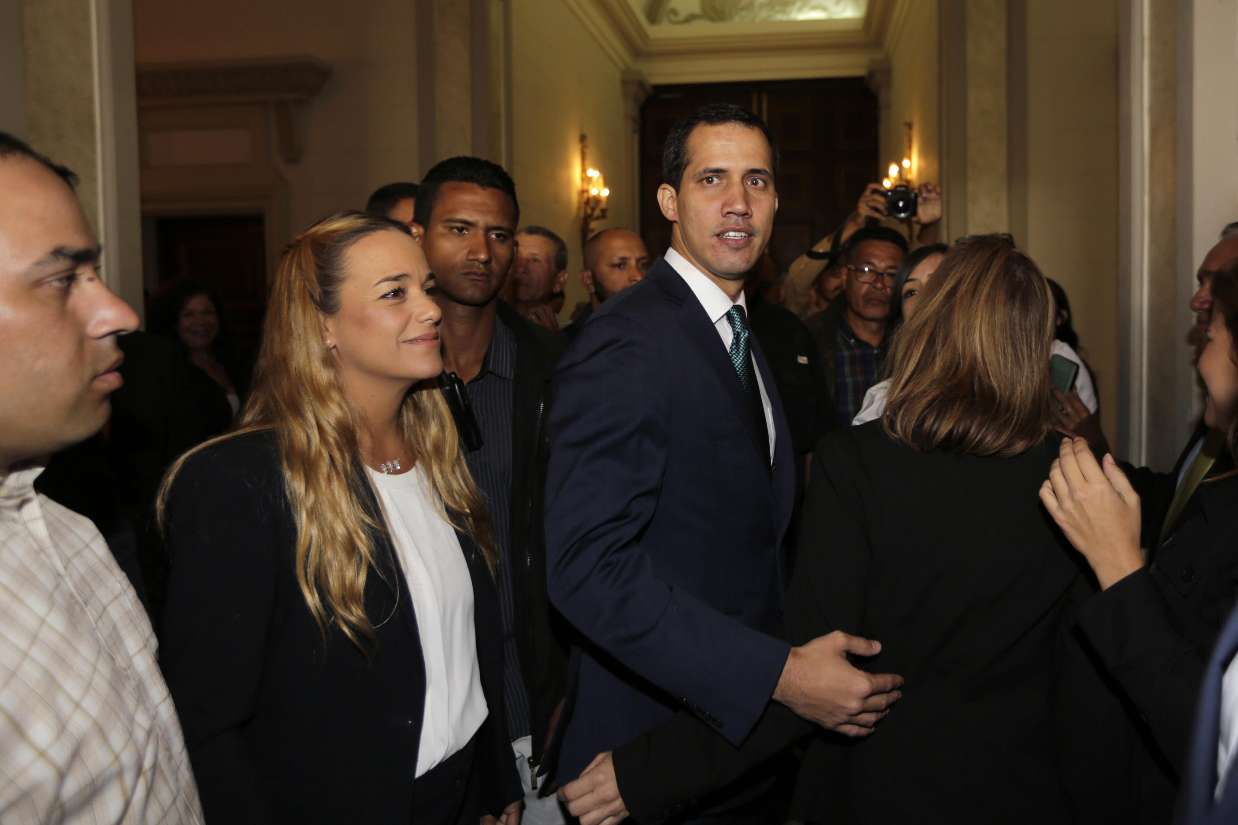 غوايدو أمام حشد يضم زوجة قيادي بالمعارضة الفنزويلية(ليوبولدو لوبيز) موضوع قيد الإقامة الجبرية