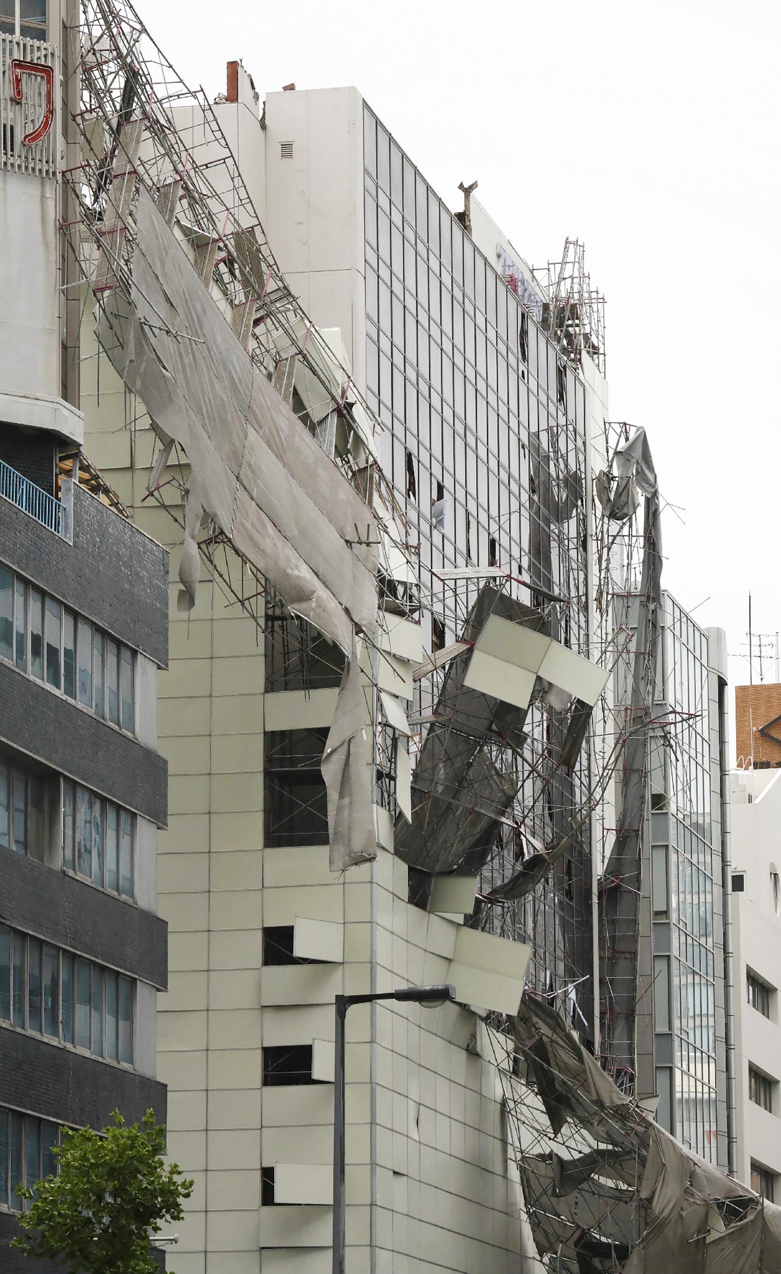 """ضرب الإعصار """"جيبي"""" ترافقه رياح عاتية قد تصل سرعتها إلى 216 كلم/ساعة . إعصار اليابان"""