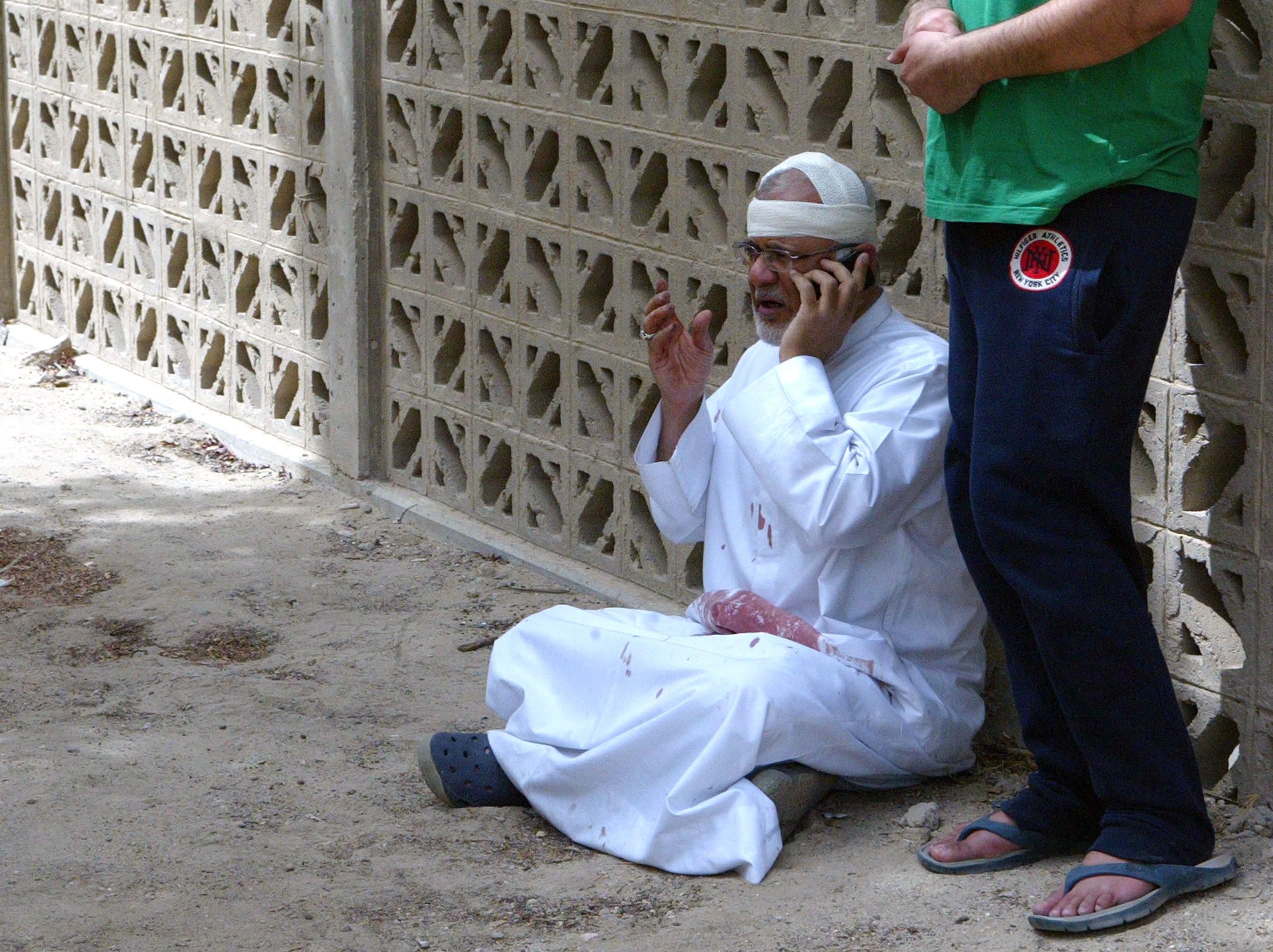 مواطن كويتي يجري إتصالا بعد إصابته في تفجيرات مسجد الصادق في الكويت