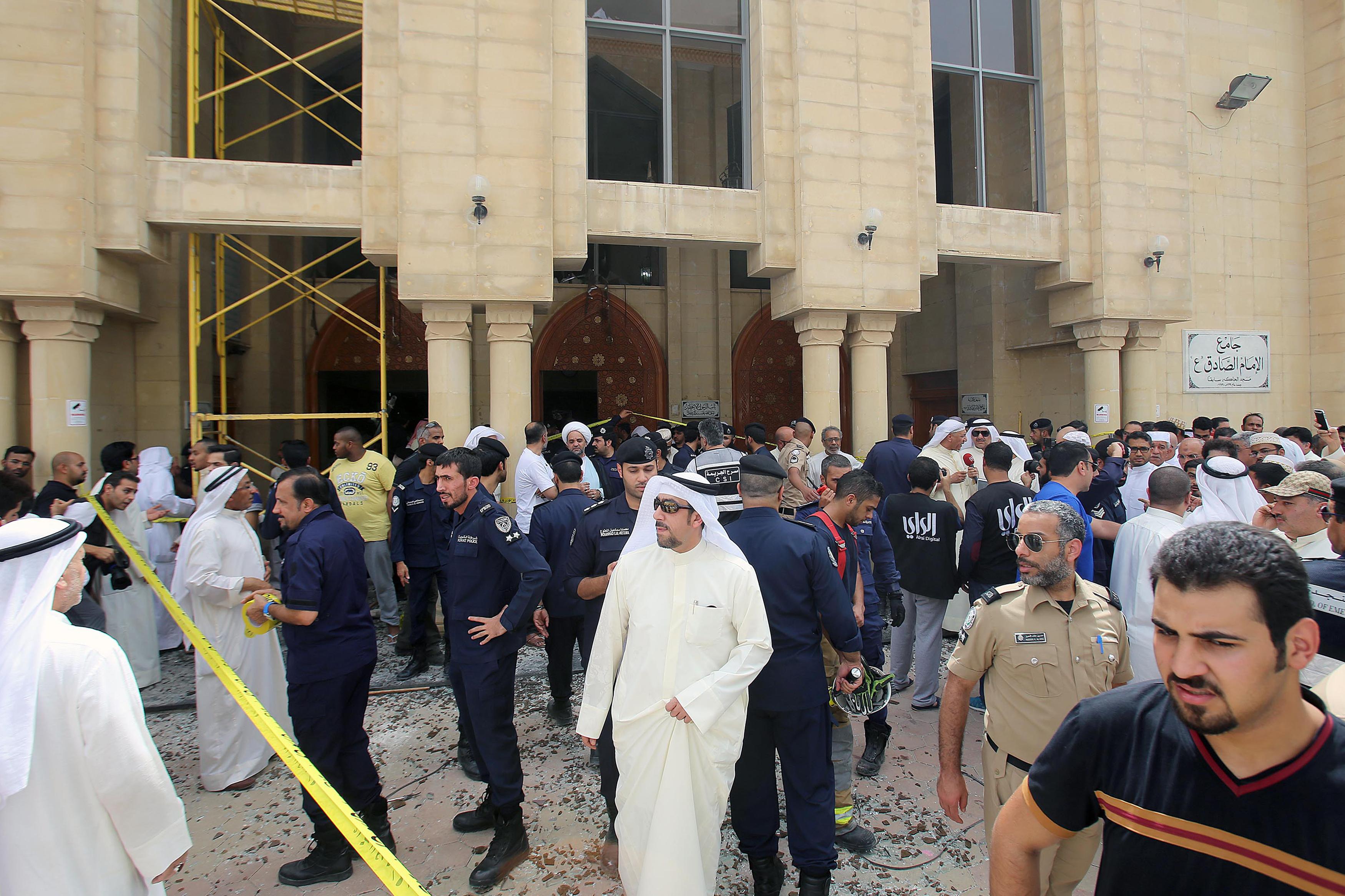 مواطنون كويتيون وأفراد من الأمن في ساحة التفجير بمسجد الصادق في الكويت