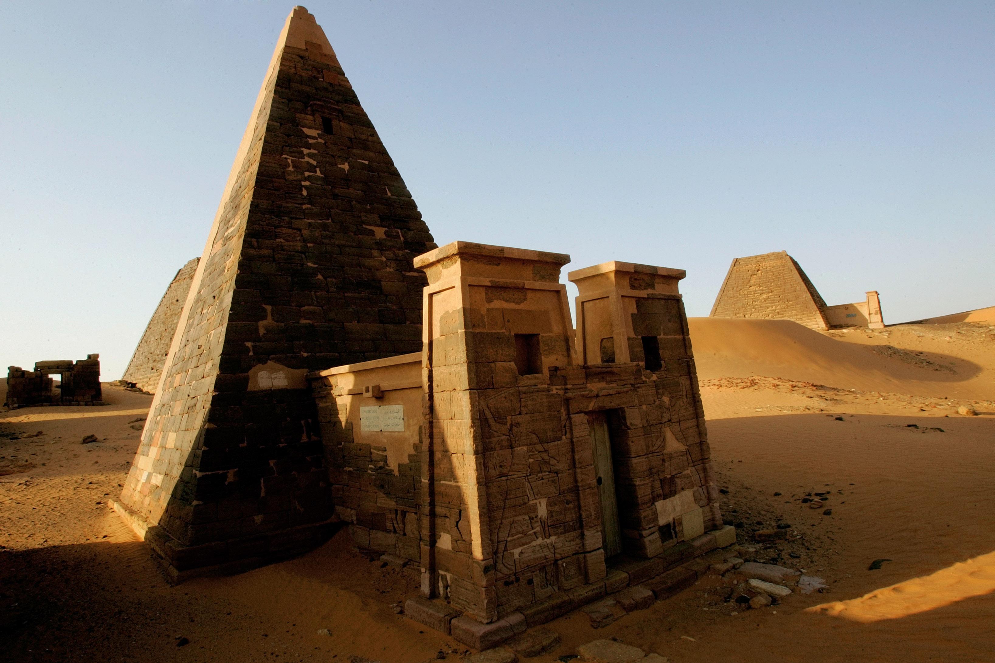 """أهرامات في صحراء مروي، شمالي الخرطوم، بنيت في عهد مملكة """"كوش"""" قبل حوالي 4000 عام"""