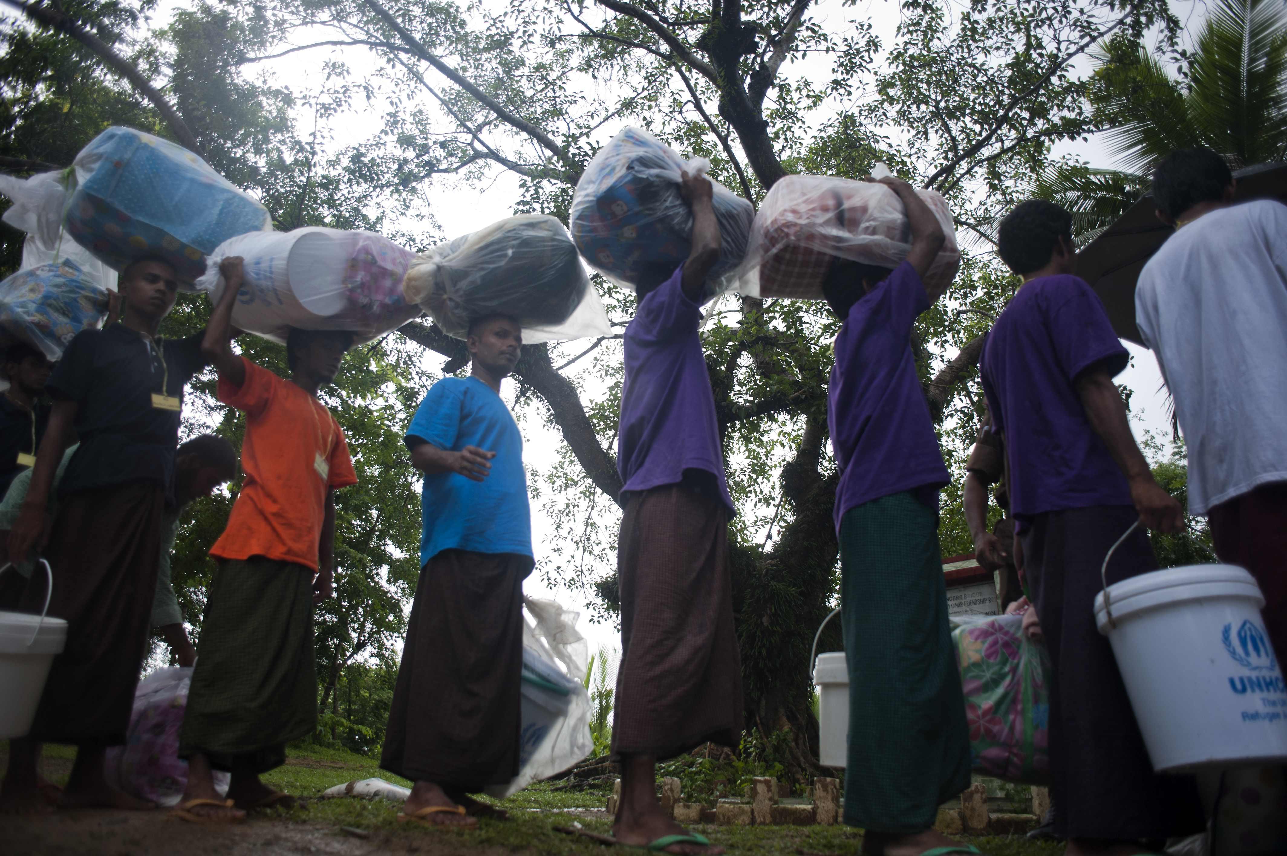 مهاجرون من ميانمار يعبرون الحدود إلى بنغلاديش