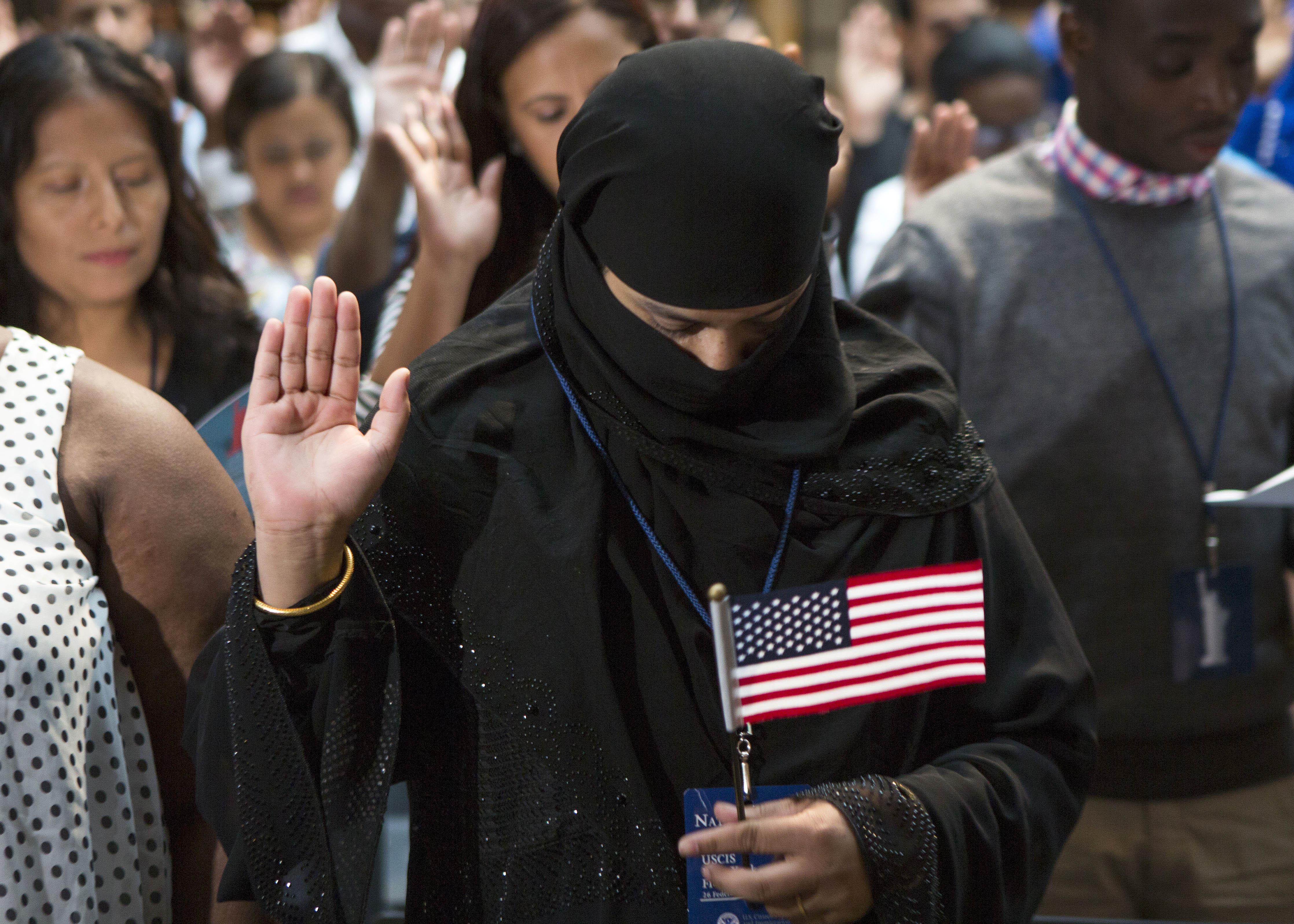 مواطنة أميركية جديدة خلال مراسم استضافتها مكتبة نيويورك العامة
