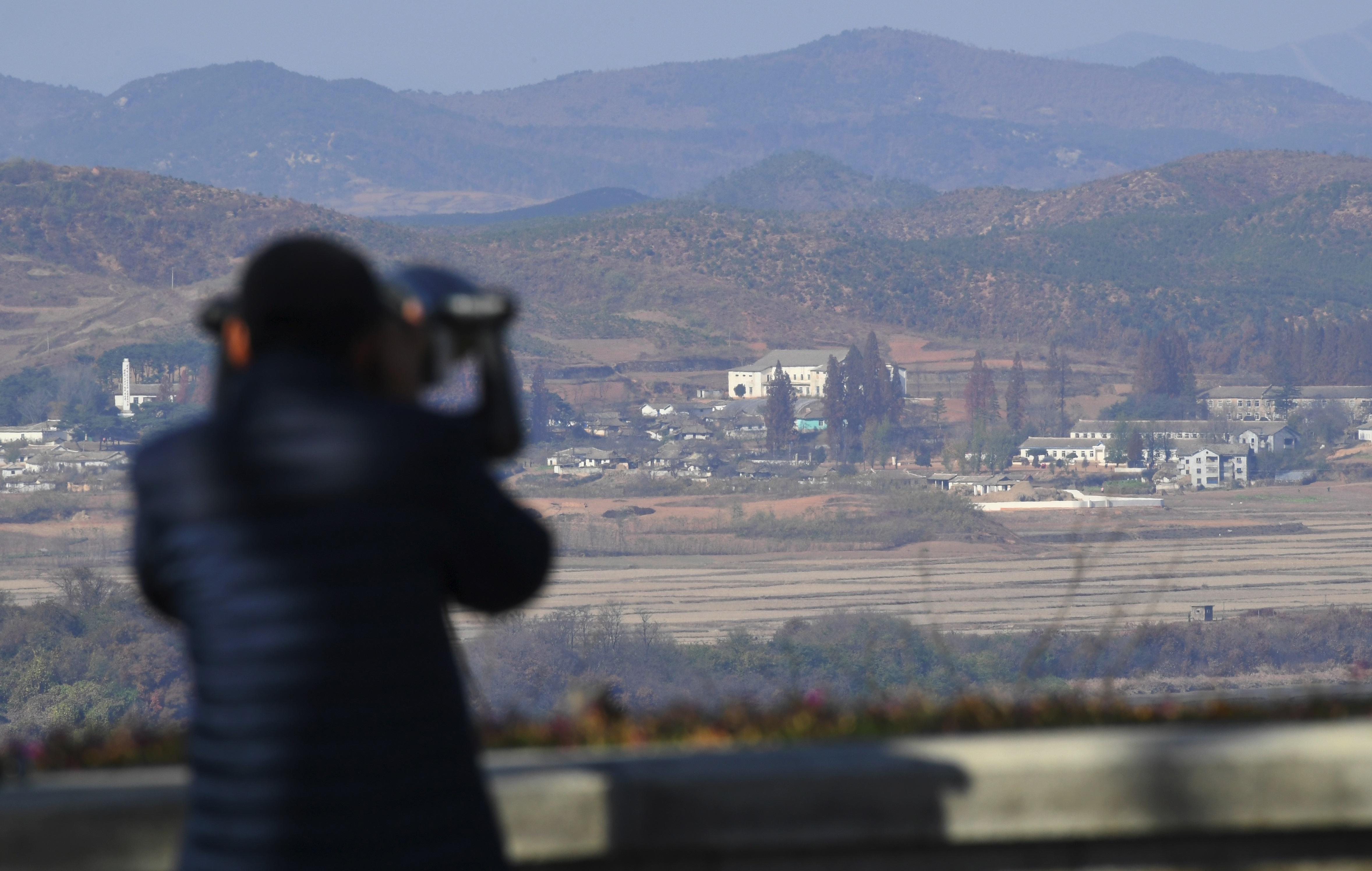 امرأة من كوريا الجنوبية تنظر إلى منطقة حدودية مع كوريا الشمالية