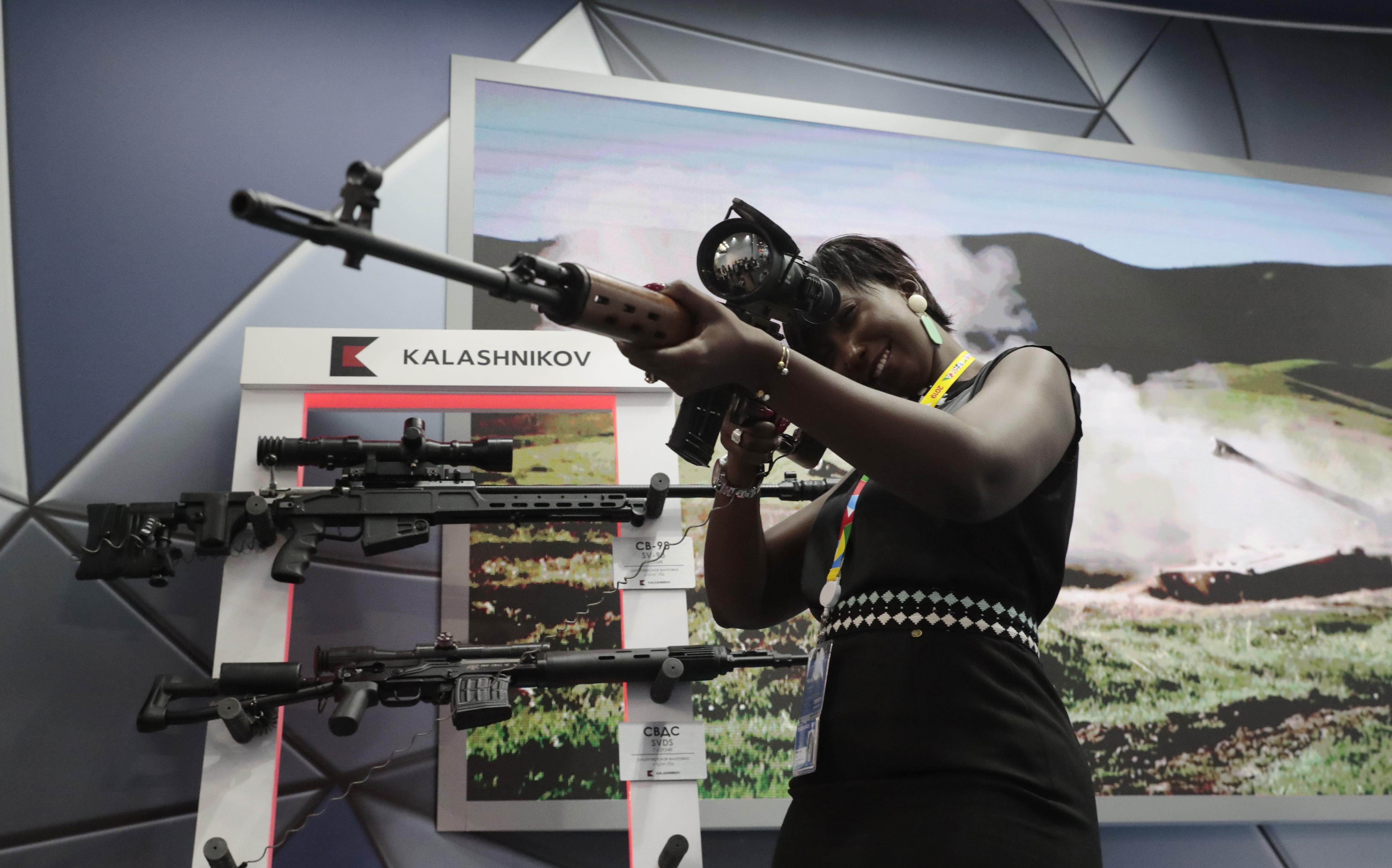 إحدى المشاركات في القمة تتفحص أسلحة روسية في معرض أقيم على الهامش