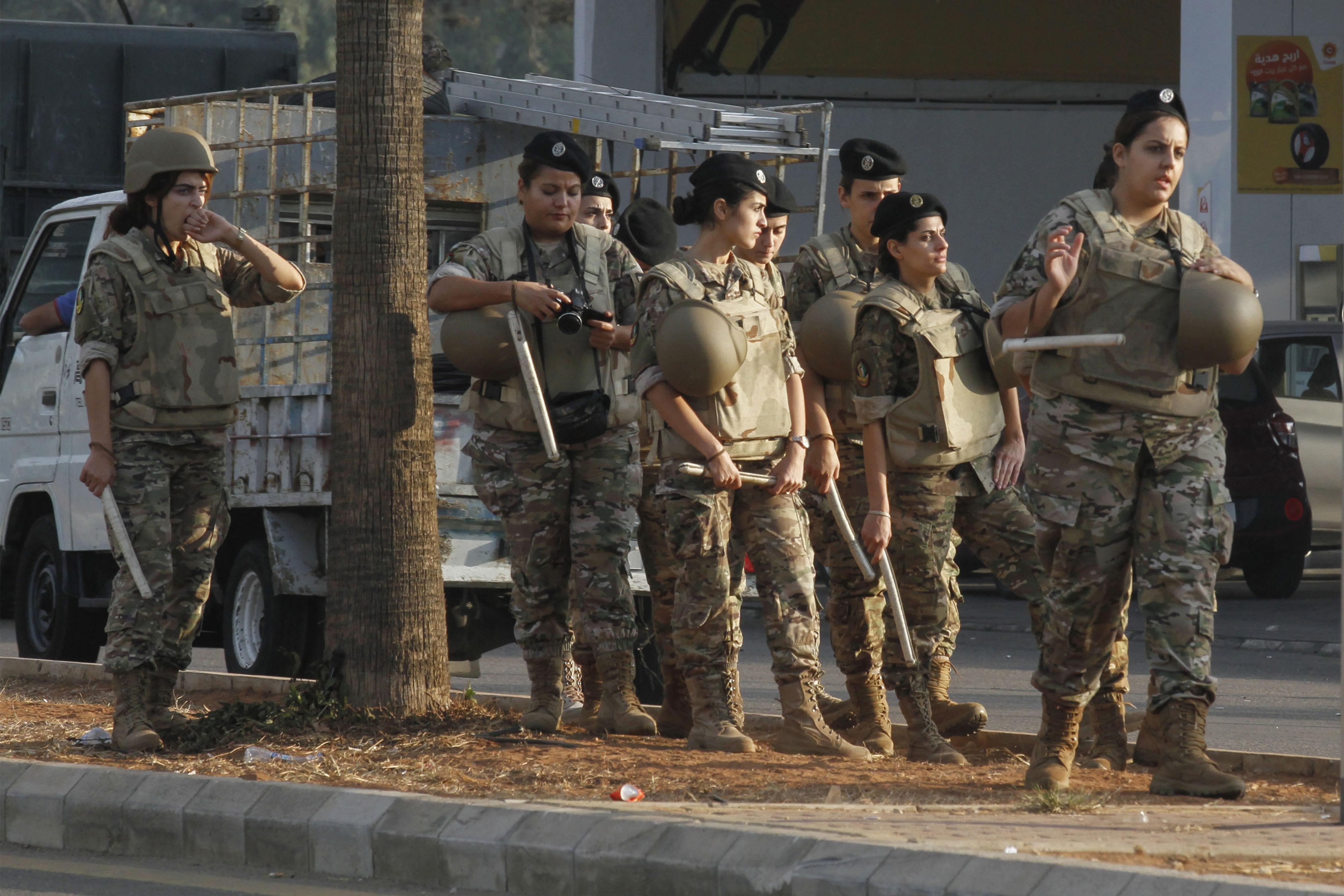 عناصر من الجيش اللبناني خلال محاولة فتح طريق في صيدا