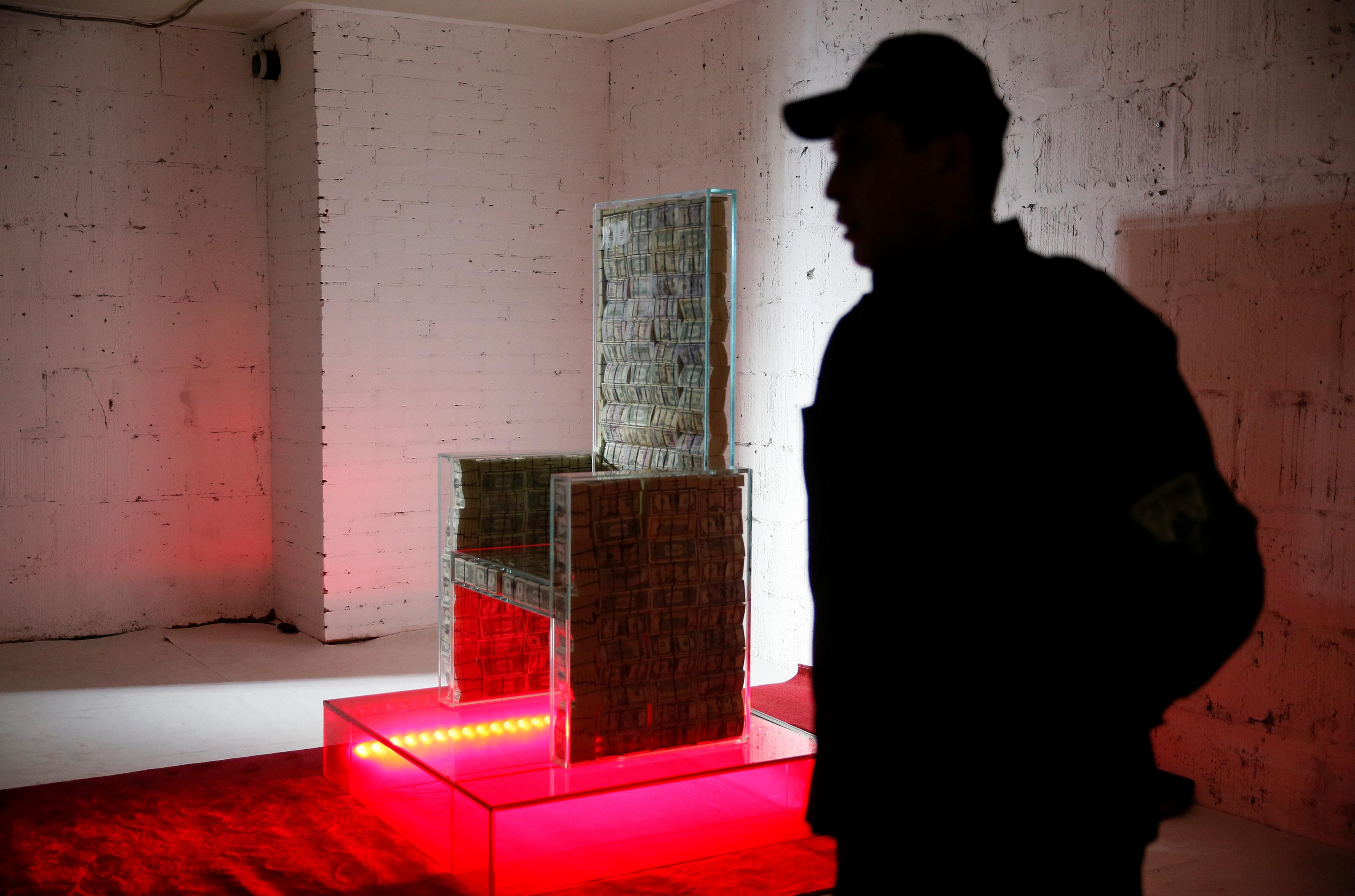 يبلغ وزن الكرسي نحو نصف طن إذ صنع الهيكل من زجاج مقاوم للرصاص