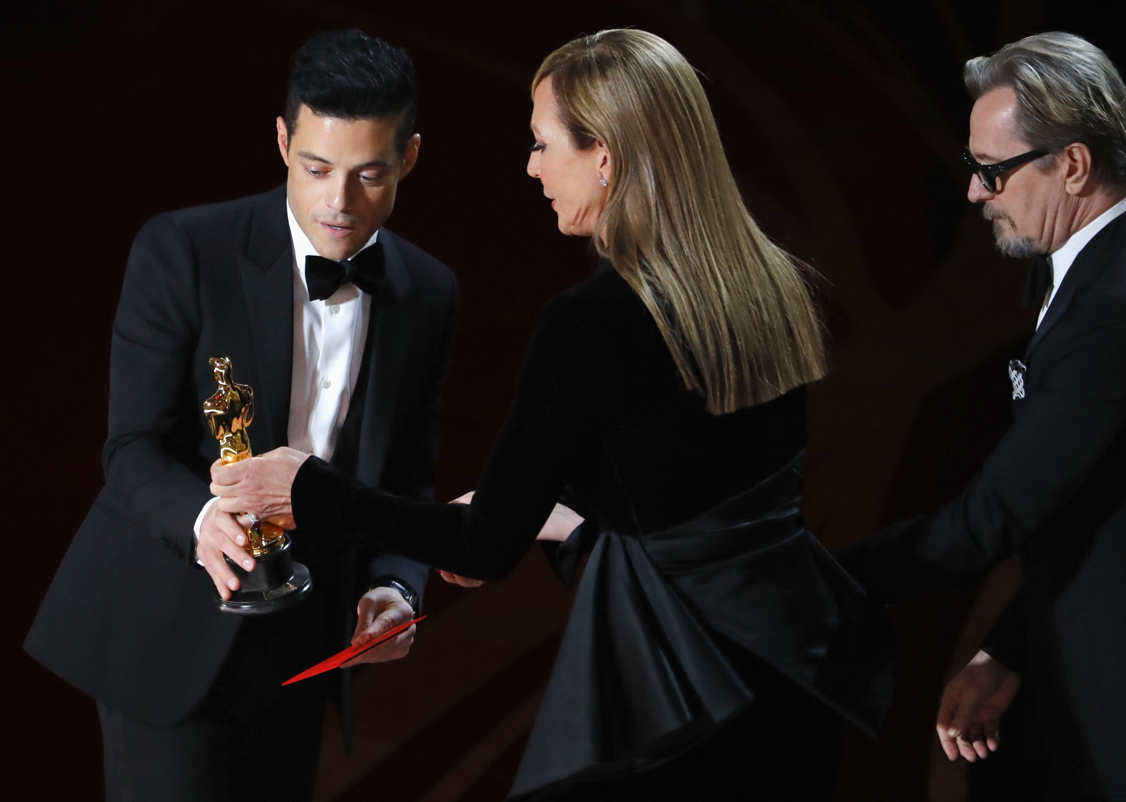 رامي مالك يتسلم جائزة أفضل ممثل