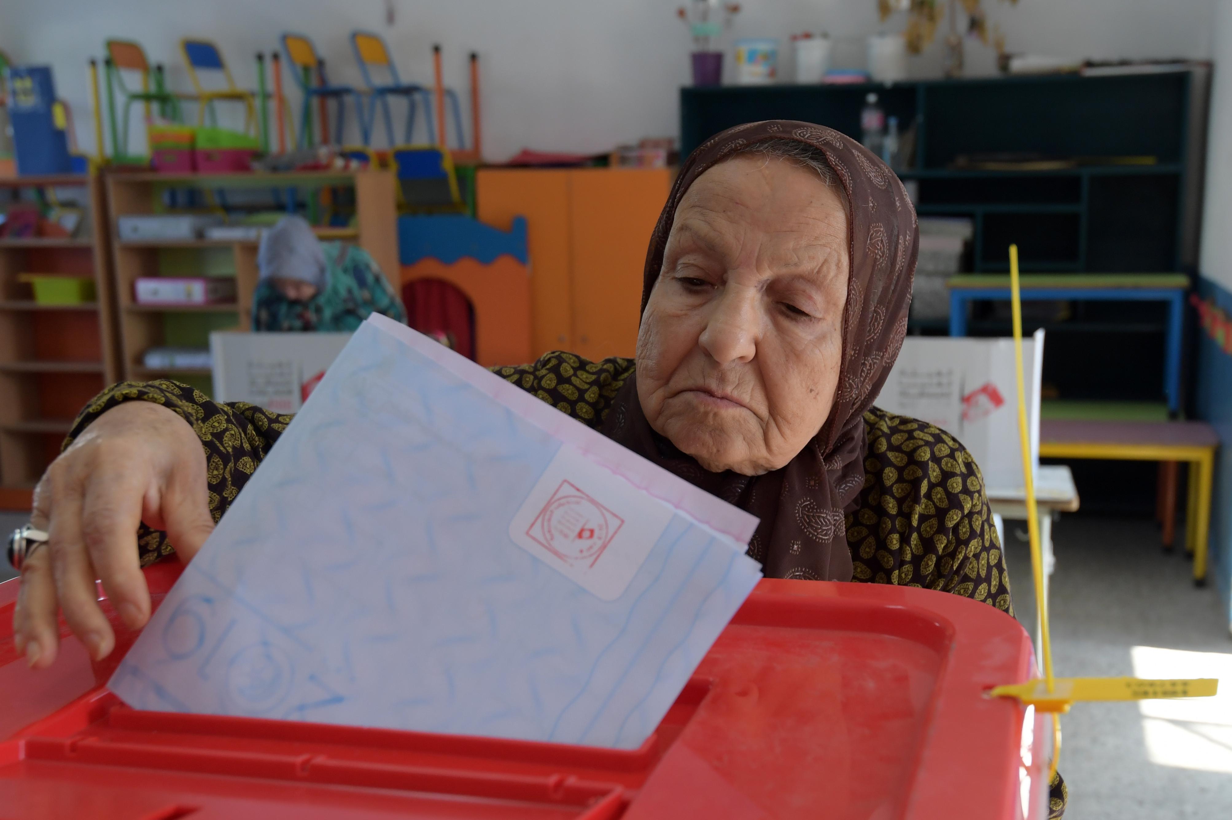 تونسية تدلي بصوتها في الانتخابات