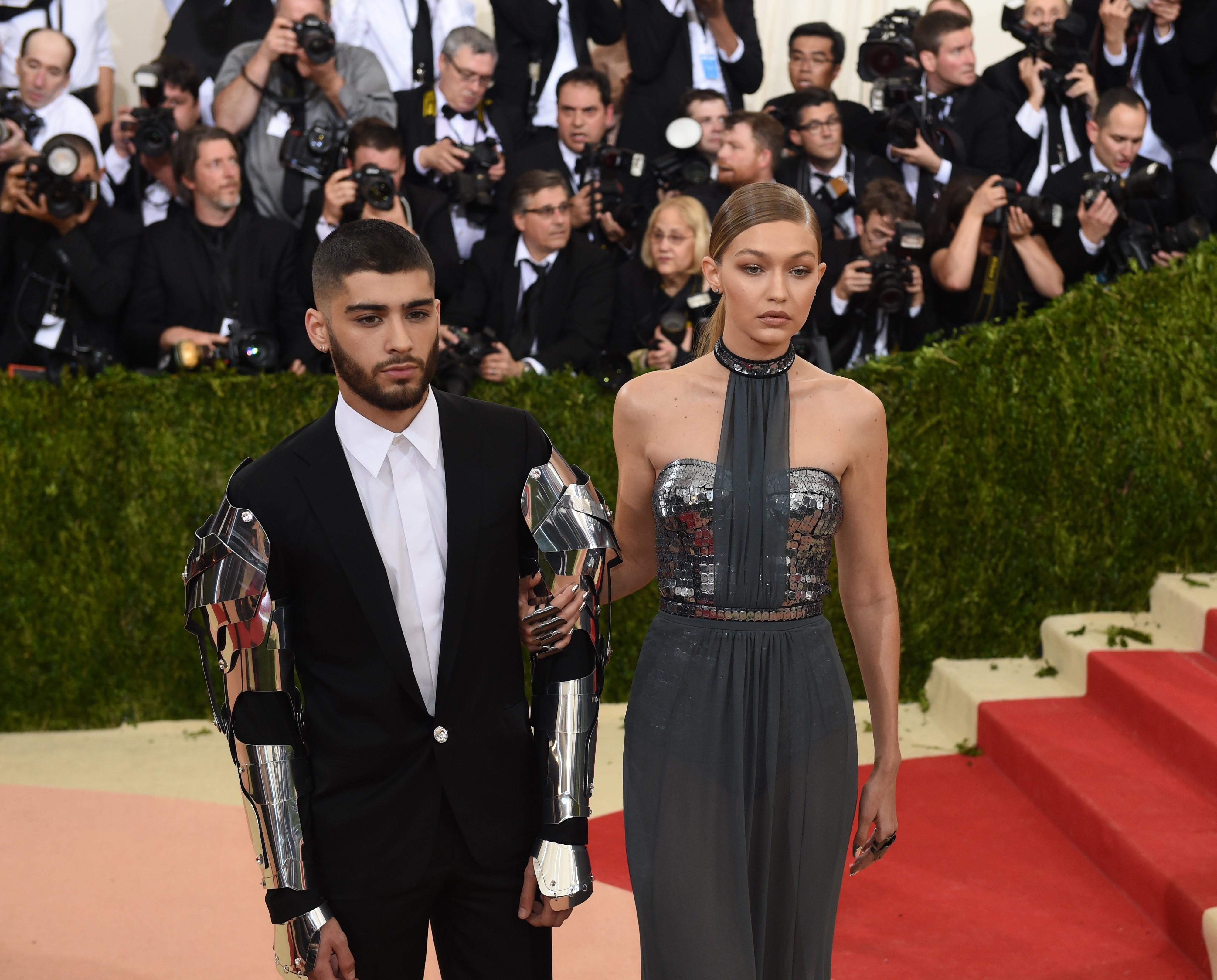 المغني البريطاني المسلم زين مالك مع صديقته عارضة الأزياء جي جي حديد.