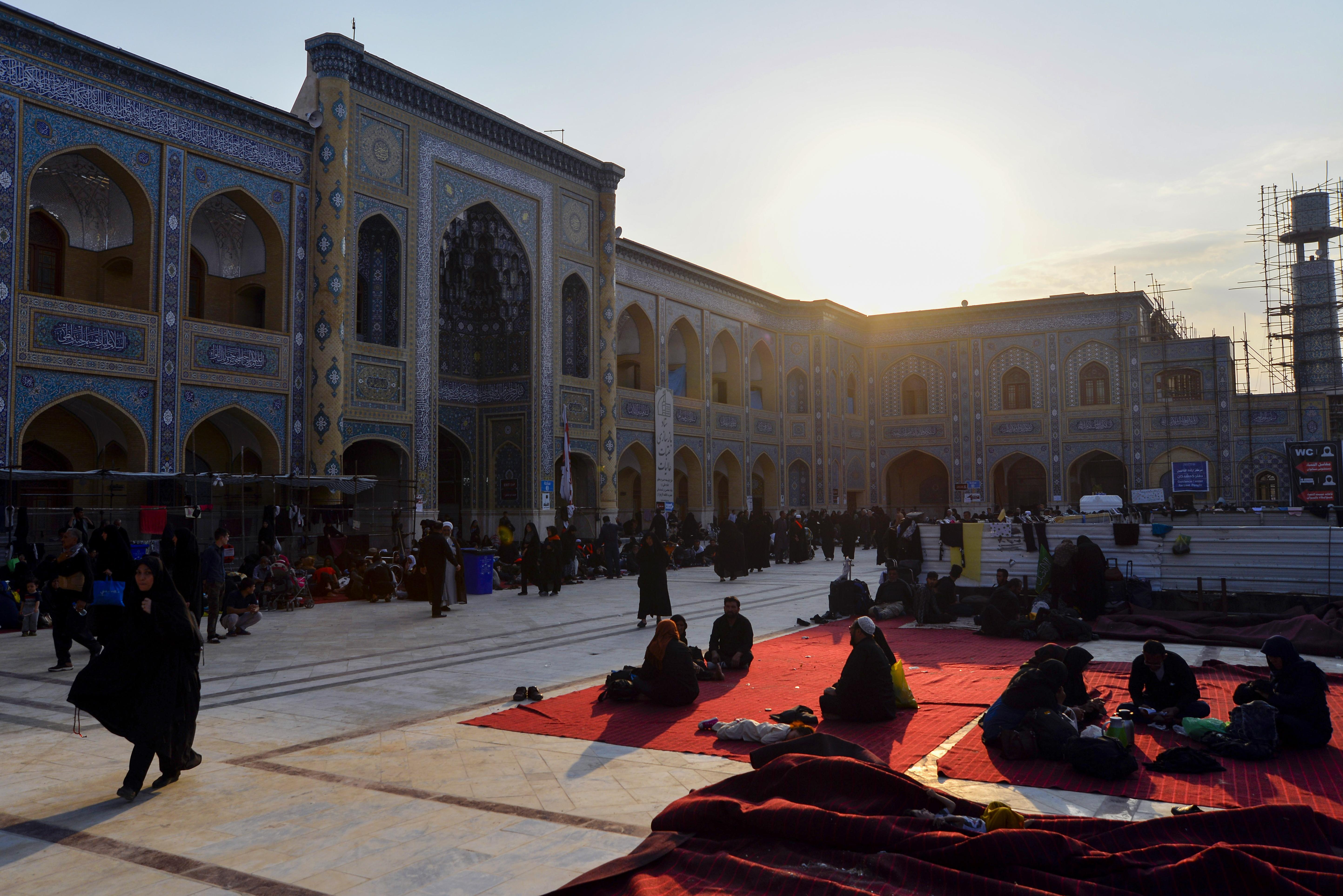شيعة إيرانيون وأفغان يزورون جامع فاطمة الزهراء في 18 أكتوبر 2019 في مدينة النجف