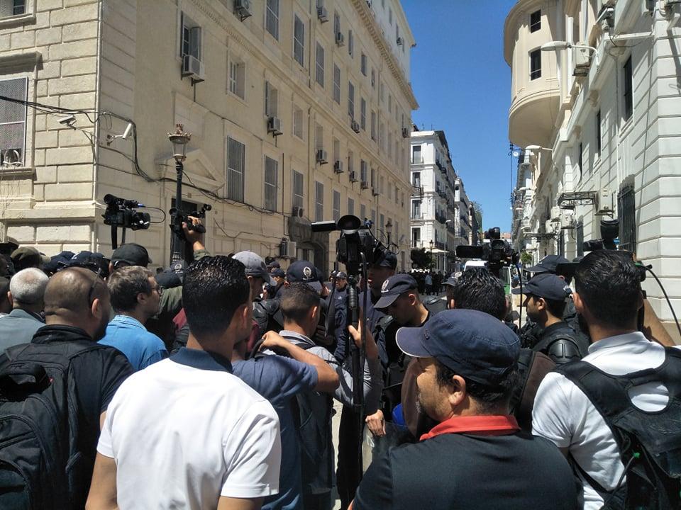 صحفيون أمام محكمة سيدي امحمد بالعاصمة الجزائرية ينتظرون وصول وزراء بوتفليقة