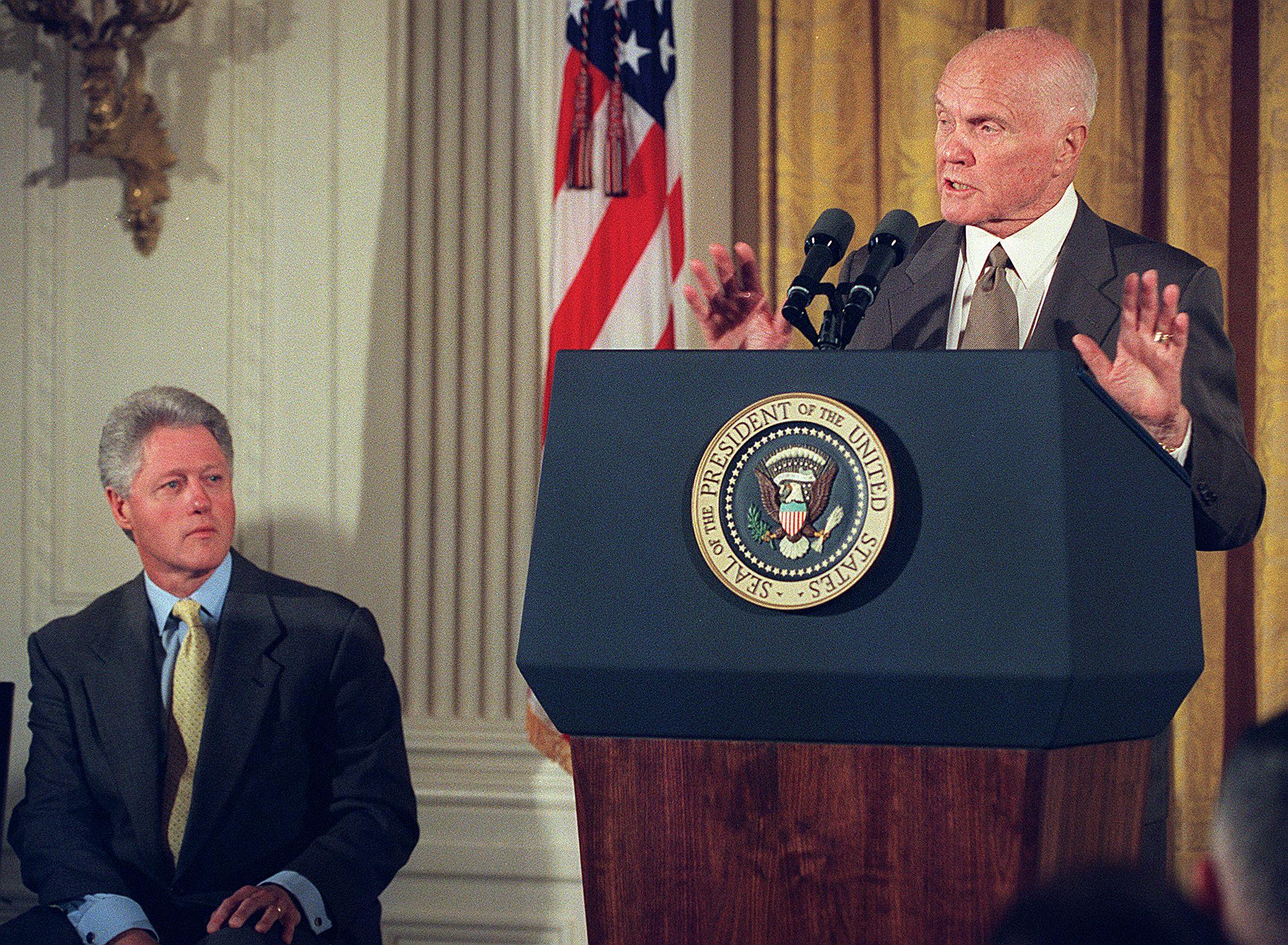 جون غلين أثناء مسيرته السياسية كعضو في مجلس الشيوخ الأميركي عام 1999