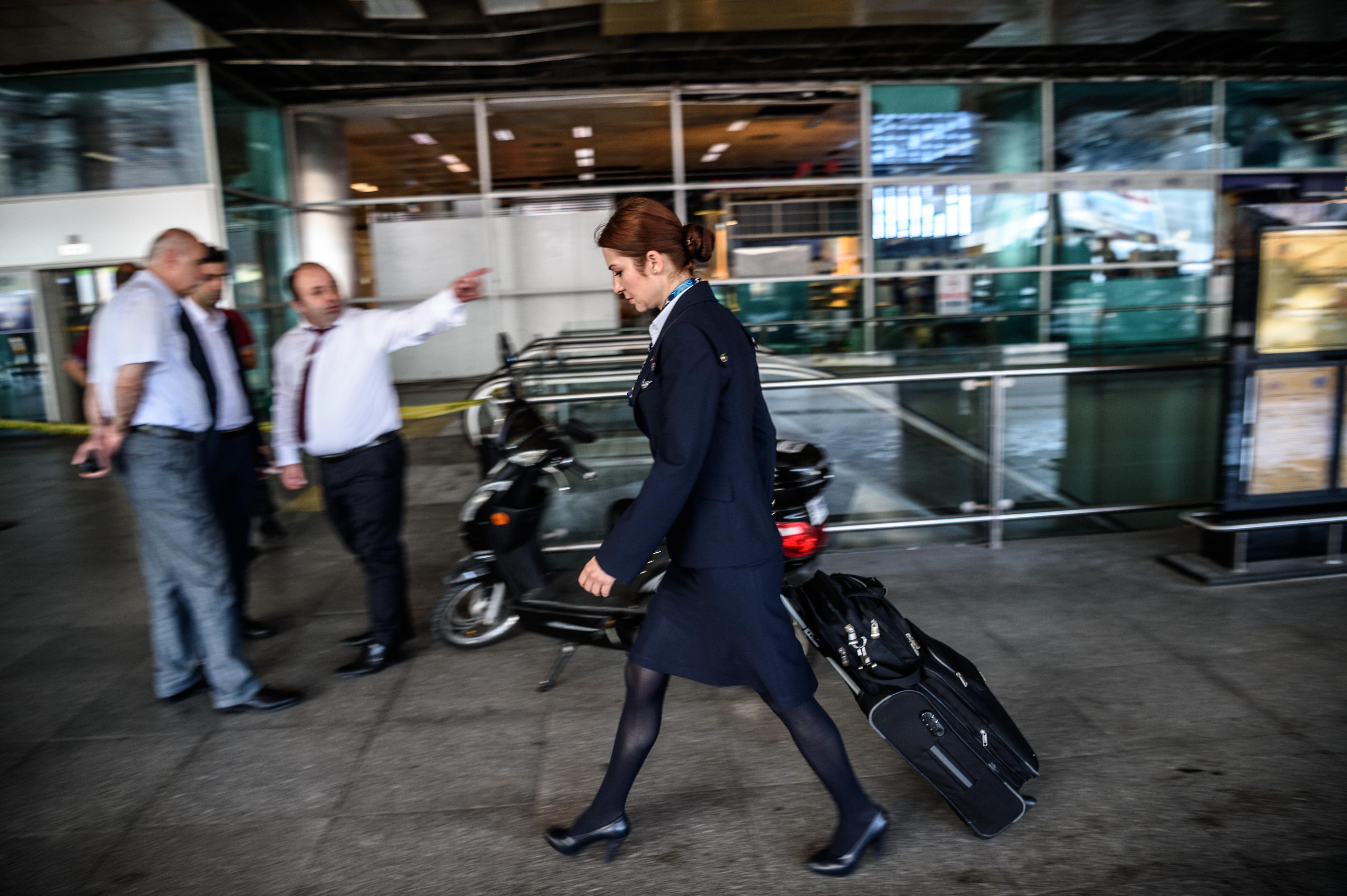 موظفة داخل مطار أتاتورك بعد التفجير حيث علقت فيه الرحلات الجوية