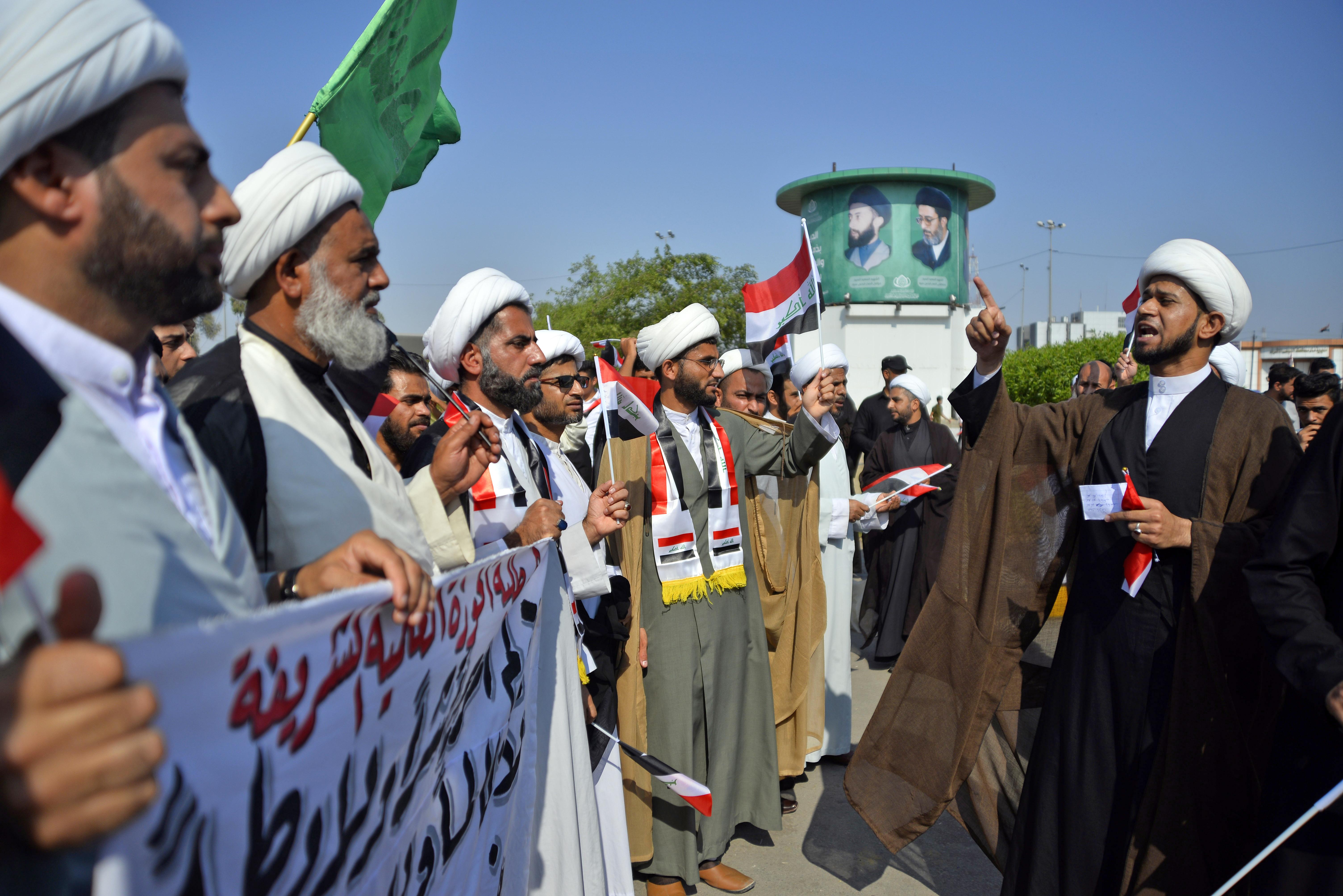 رجال دين من الطائفة الشيعية خلال تظاهرات في النجف