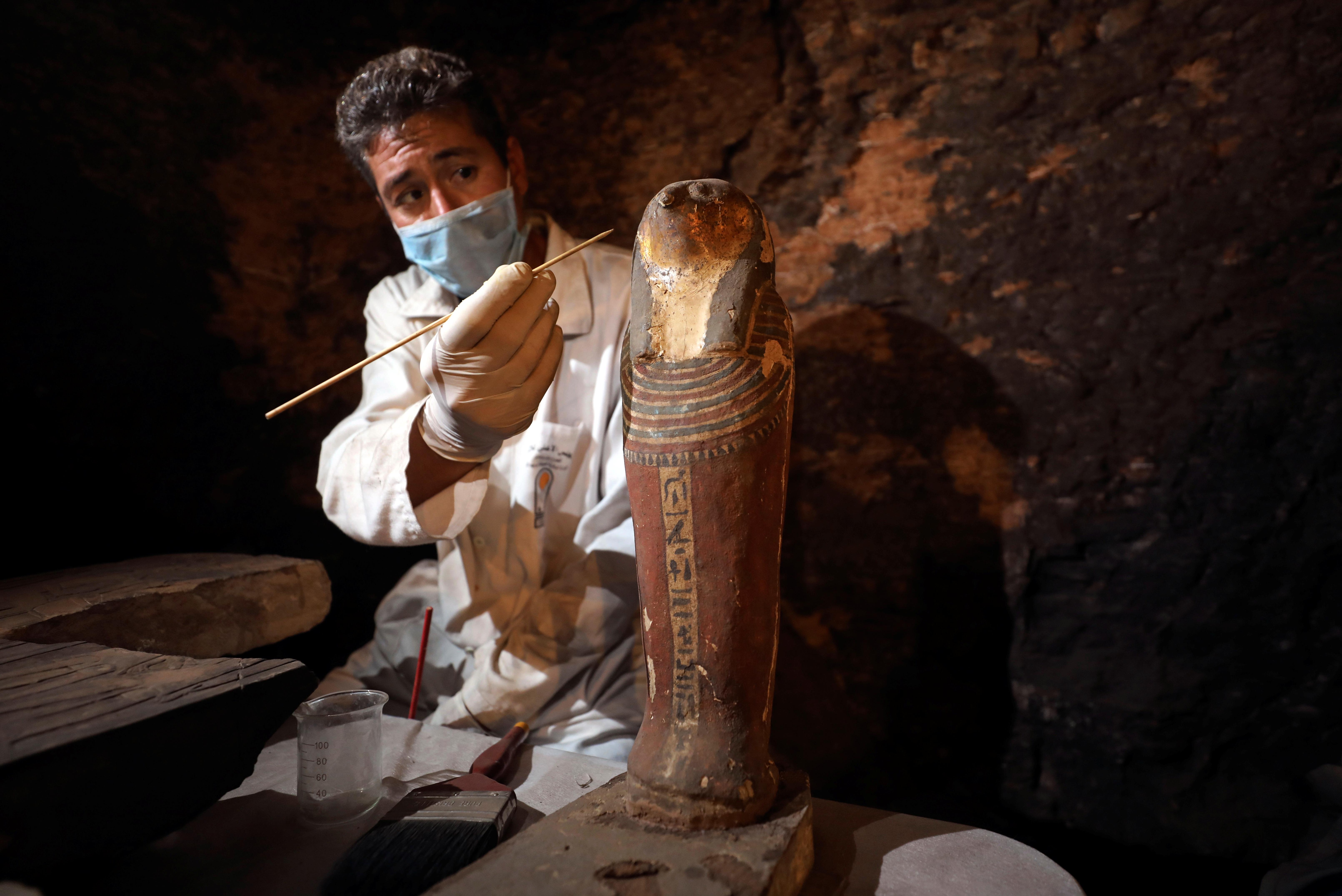 عامل آثار داخل مقبرة خوفو في منطقة سقارة في الجيزة
