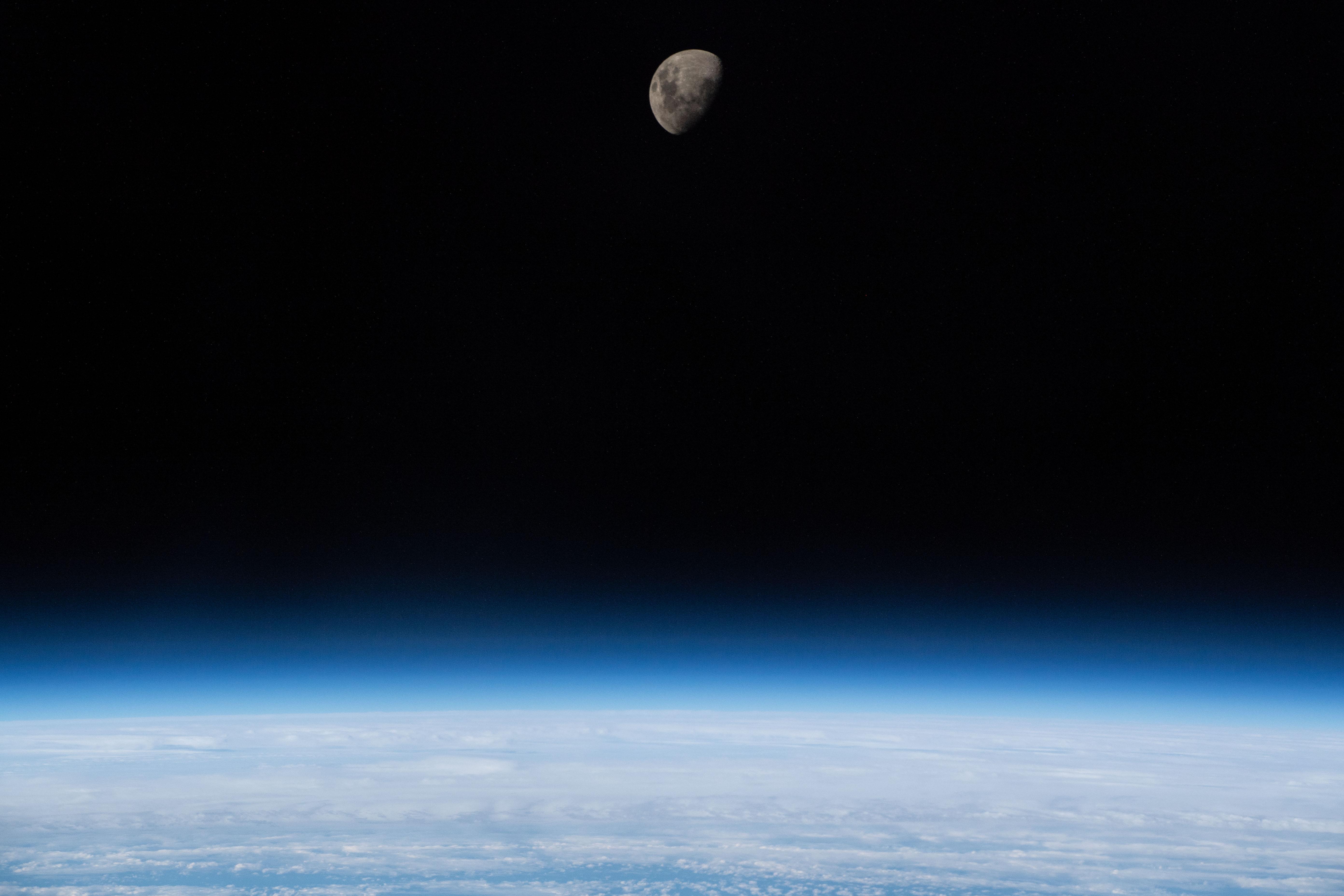 القمر فوق أطراف الأرض بينما كانت محطة الفضاء الدولية تدور على مسافة 266 ميلا فوق جنوب المحيط الأطلسي