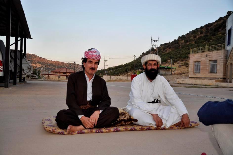 الإعلامي الأيزيدي لقمان سليمان (يسار) مع أحد شيوخ الأيزيديين في معبد لالش