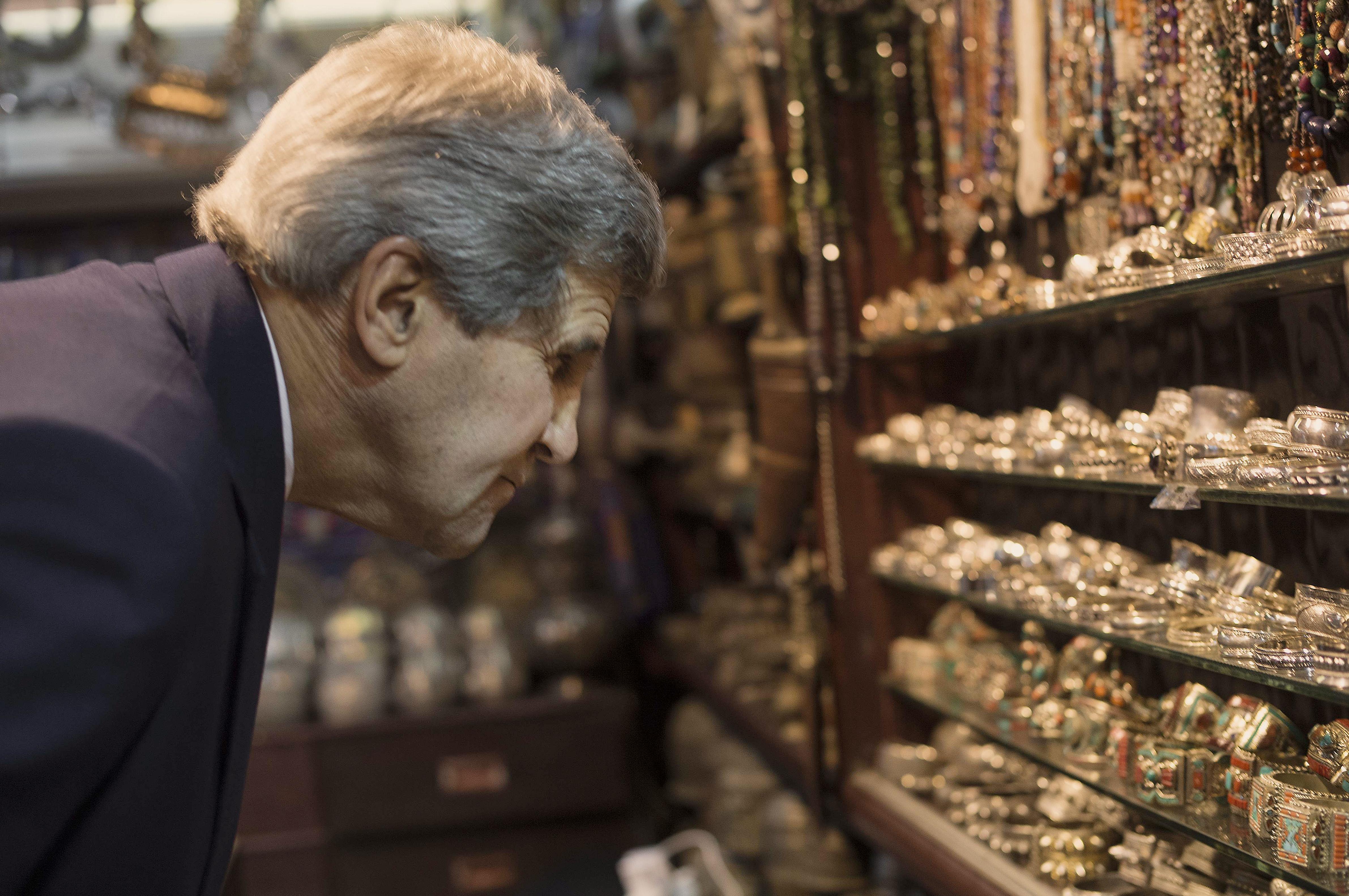 كيري خلال زيارته لسلطنة عمان