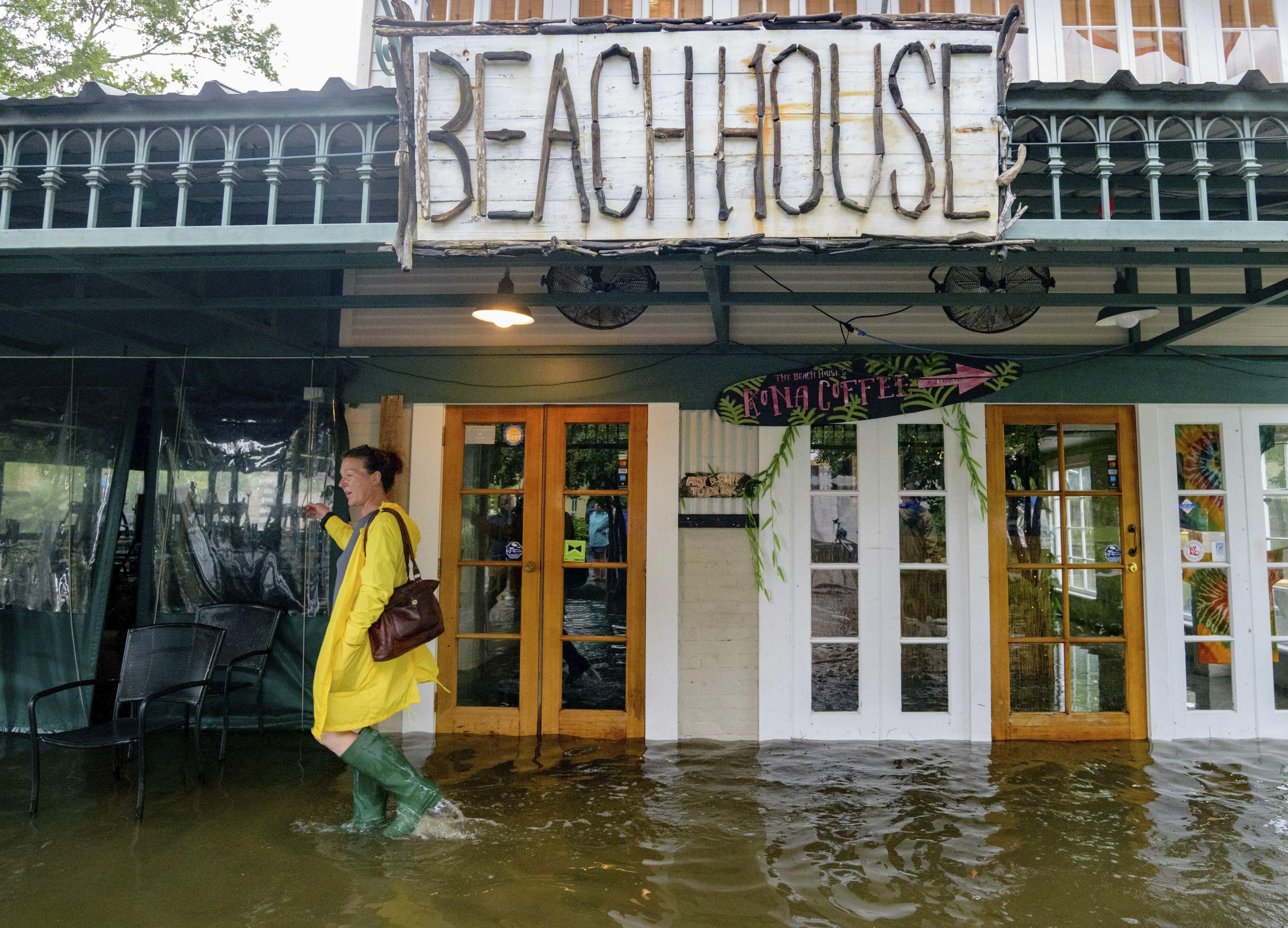مطر غزير وريح عاتية في بلدة مانديفيل في ولاية لويزيانا
