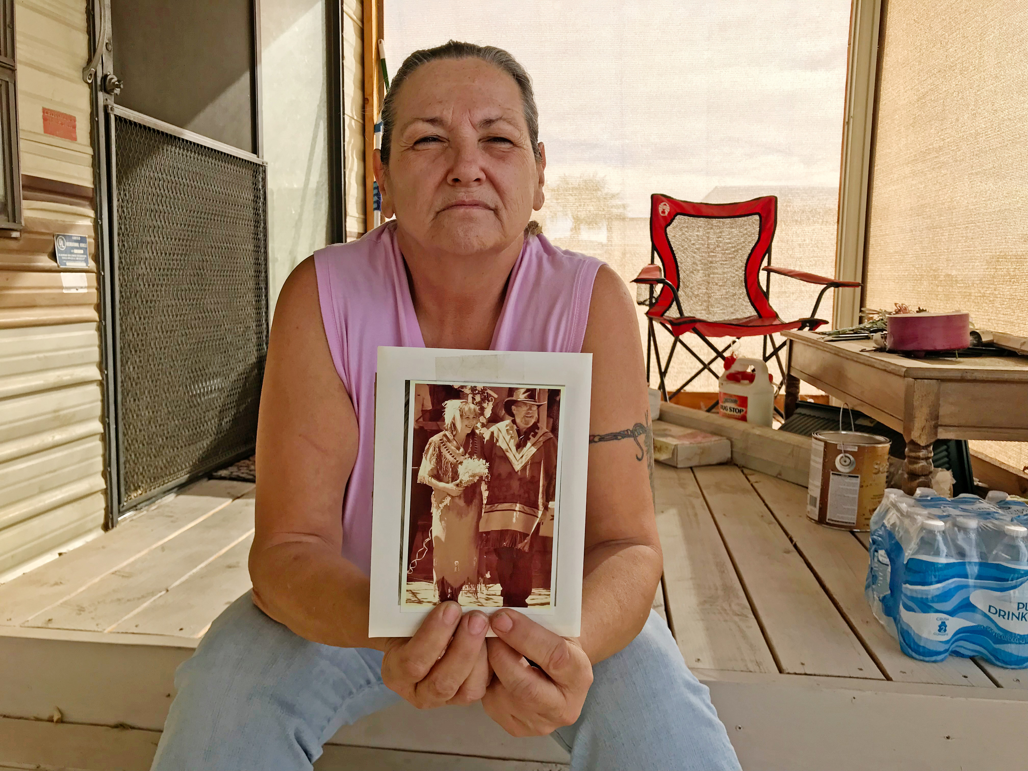 زوجة روبرت ليفينسون تحمل صورة لزوجها الذي تنتظره من 12 عاما