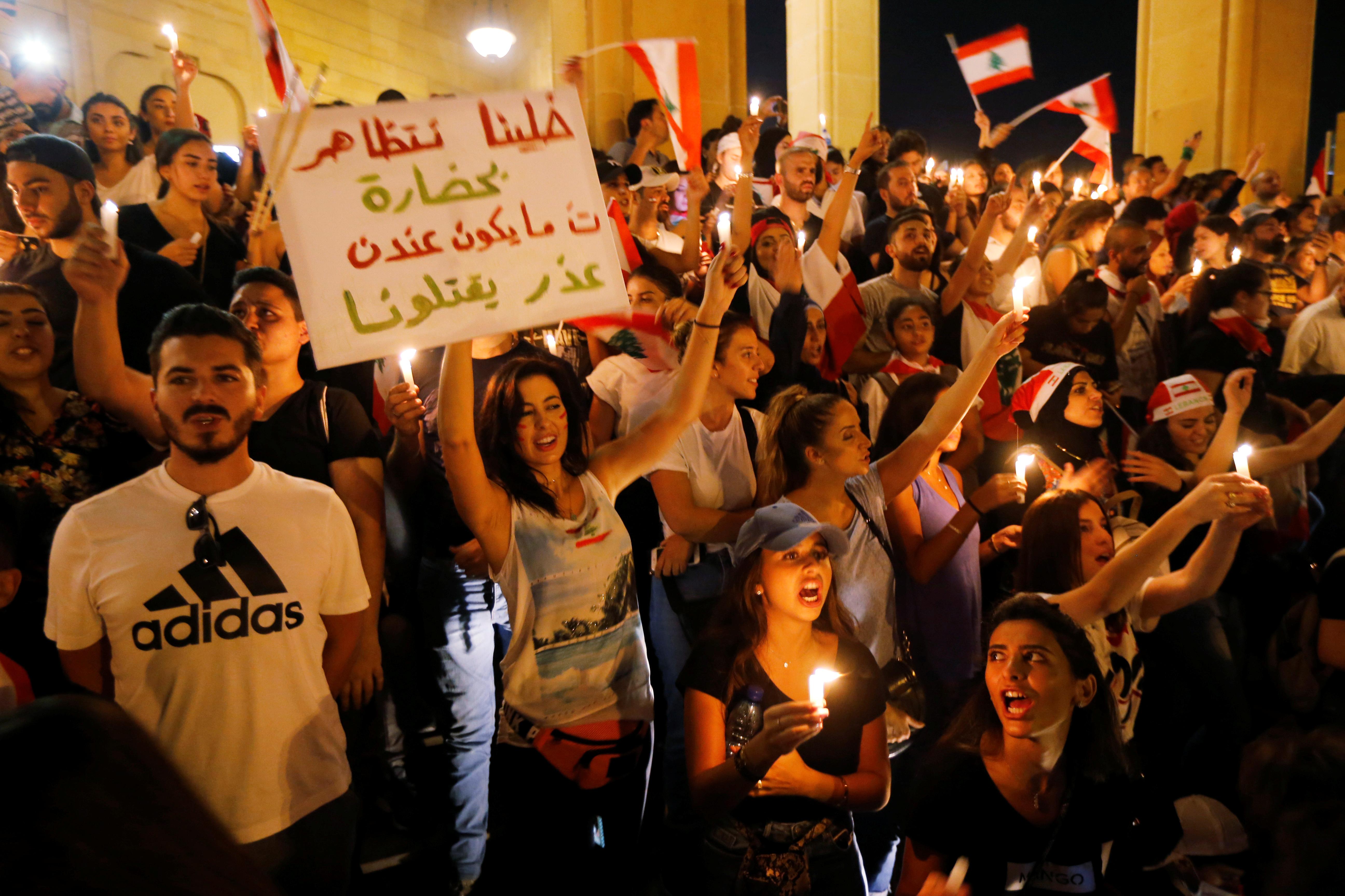 محتجون يتجمعون قرب مسجد الأمين وسط بيروت