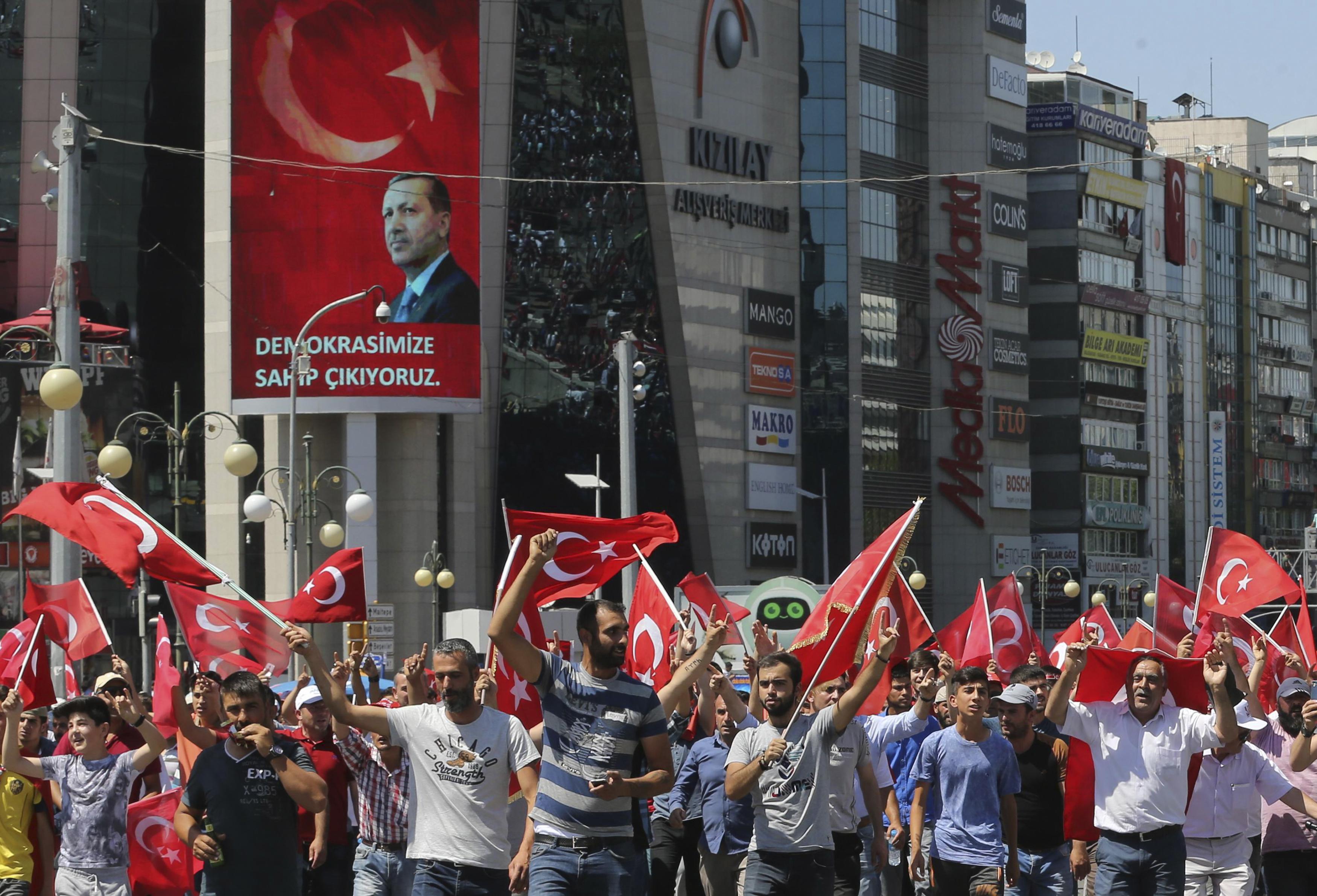 أتراك يحملون أعلام بلادهم خلال مسيرة في أنقرة تأييدا لأردوغان