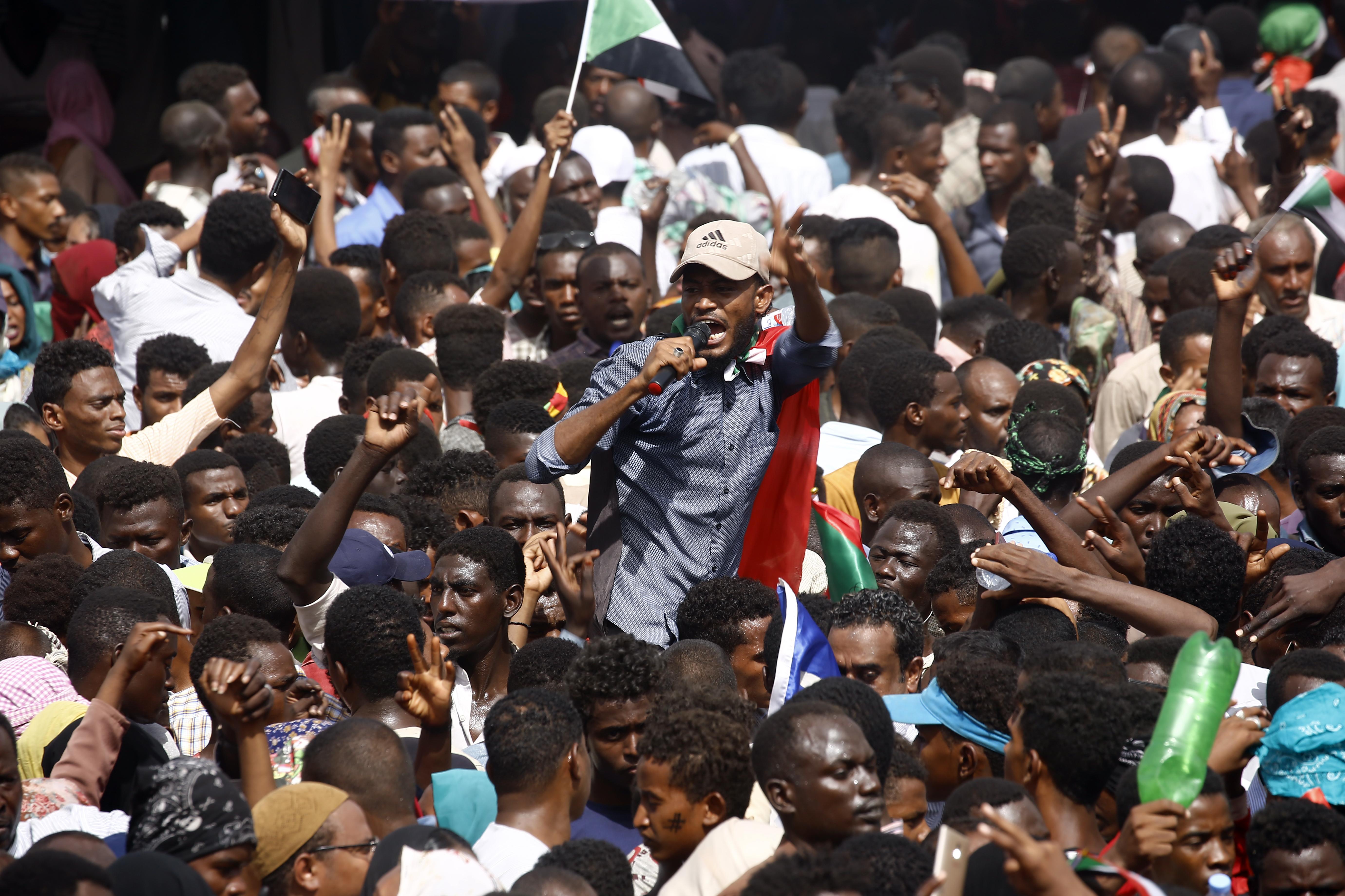"سودانيون معارضون للبشير يتظاهرون بعد عزله بـ""انقلاب عسكري"""