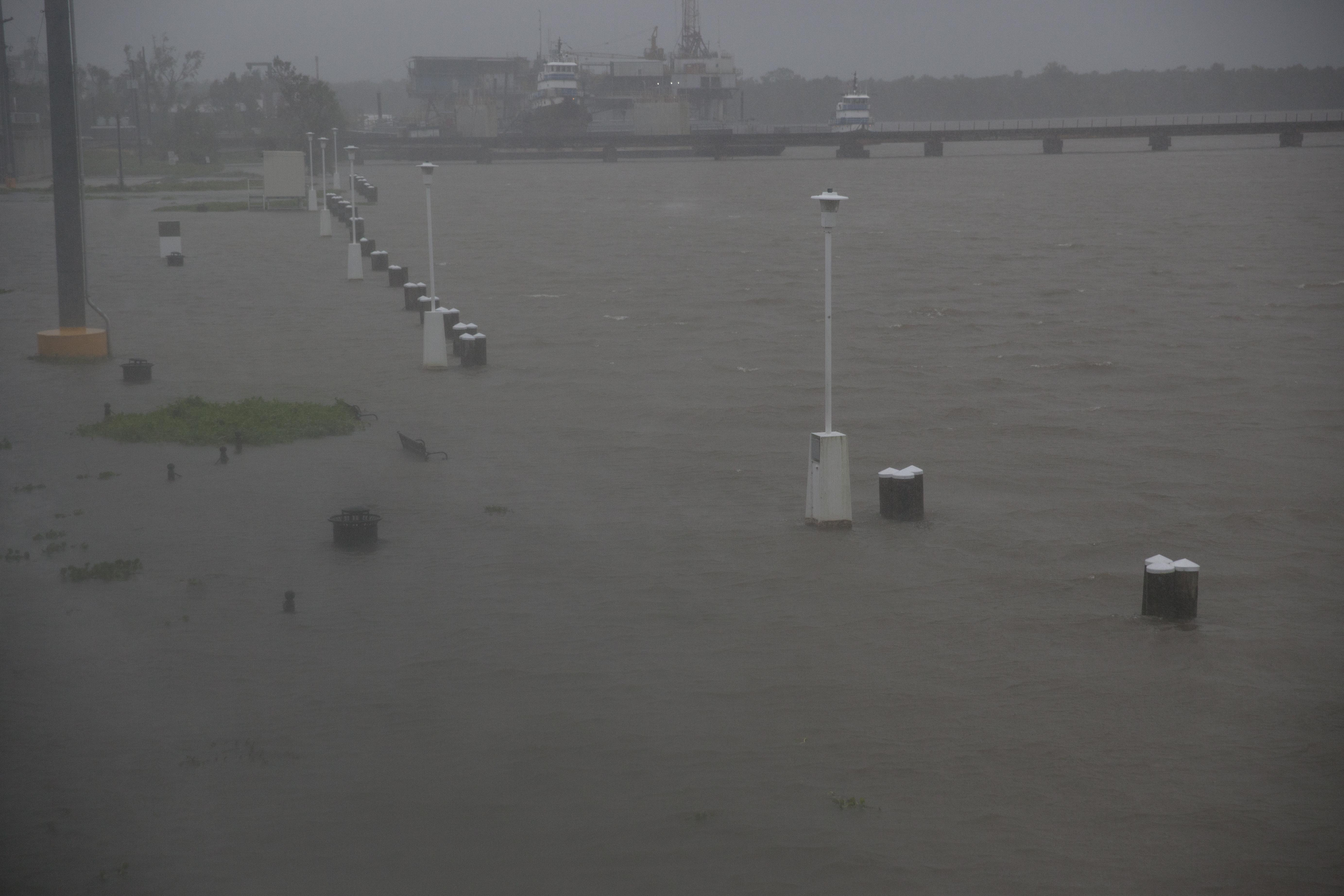المياه تغمر المقاعد والطرق على طول نهر برويك في ولاية لويزيانا مع تقدم الإعصار باري