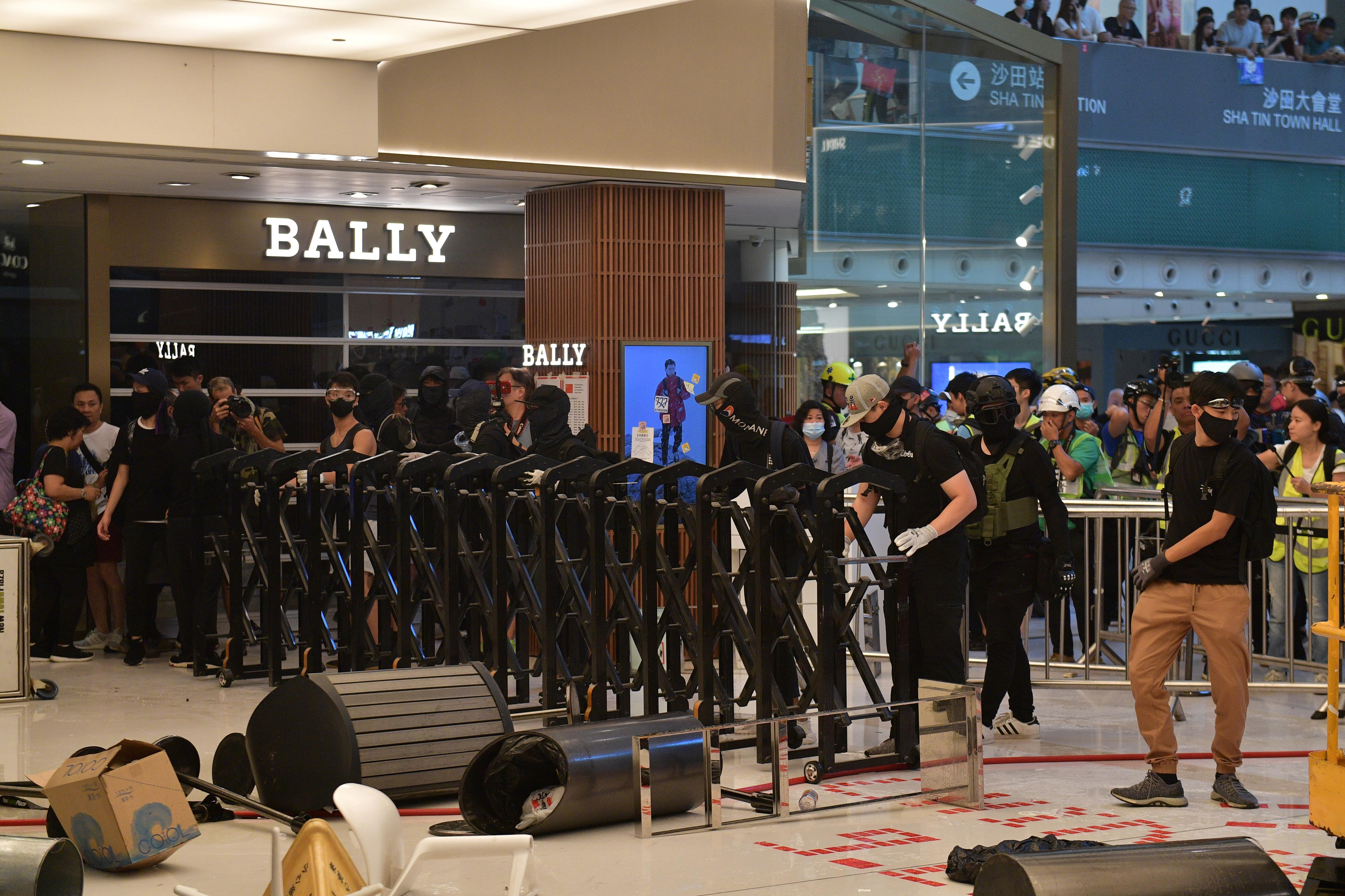مواجهات عنيفية بين الشرطة والمحتجين في شيا تين في هونغ كونغ