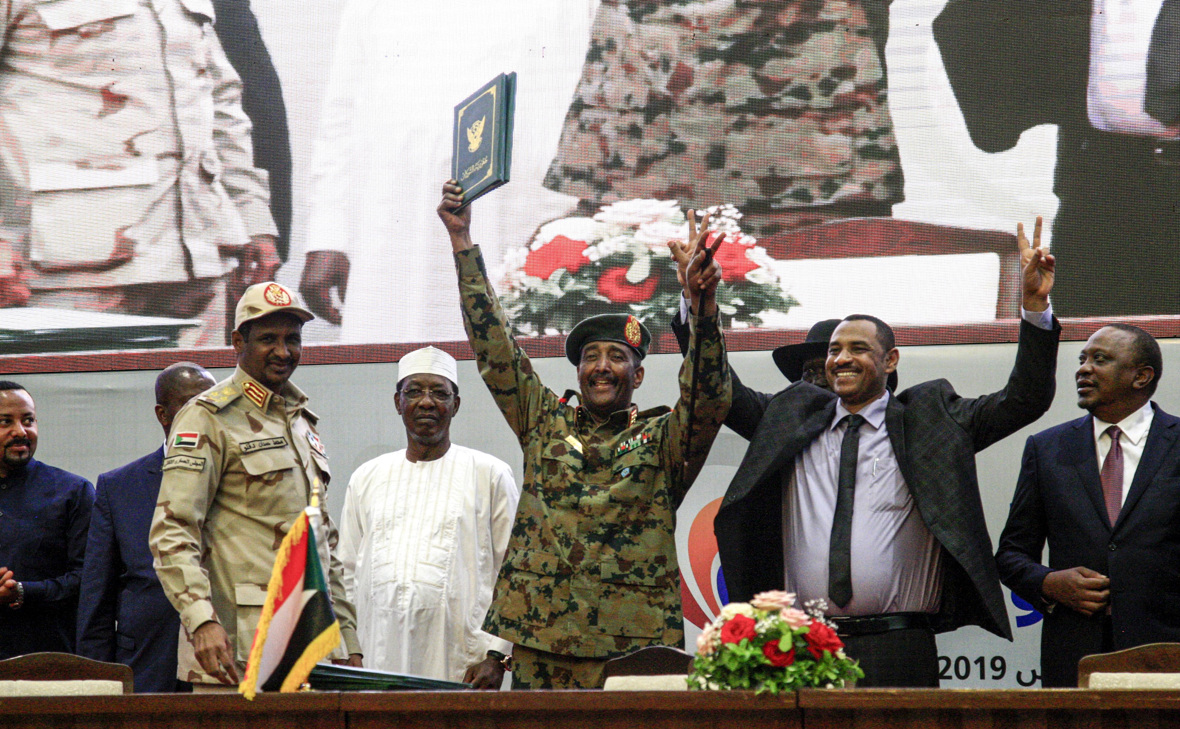 لحظة توقيع الوثائق الدستورية للمرحلة الانتقالية في السودان