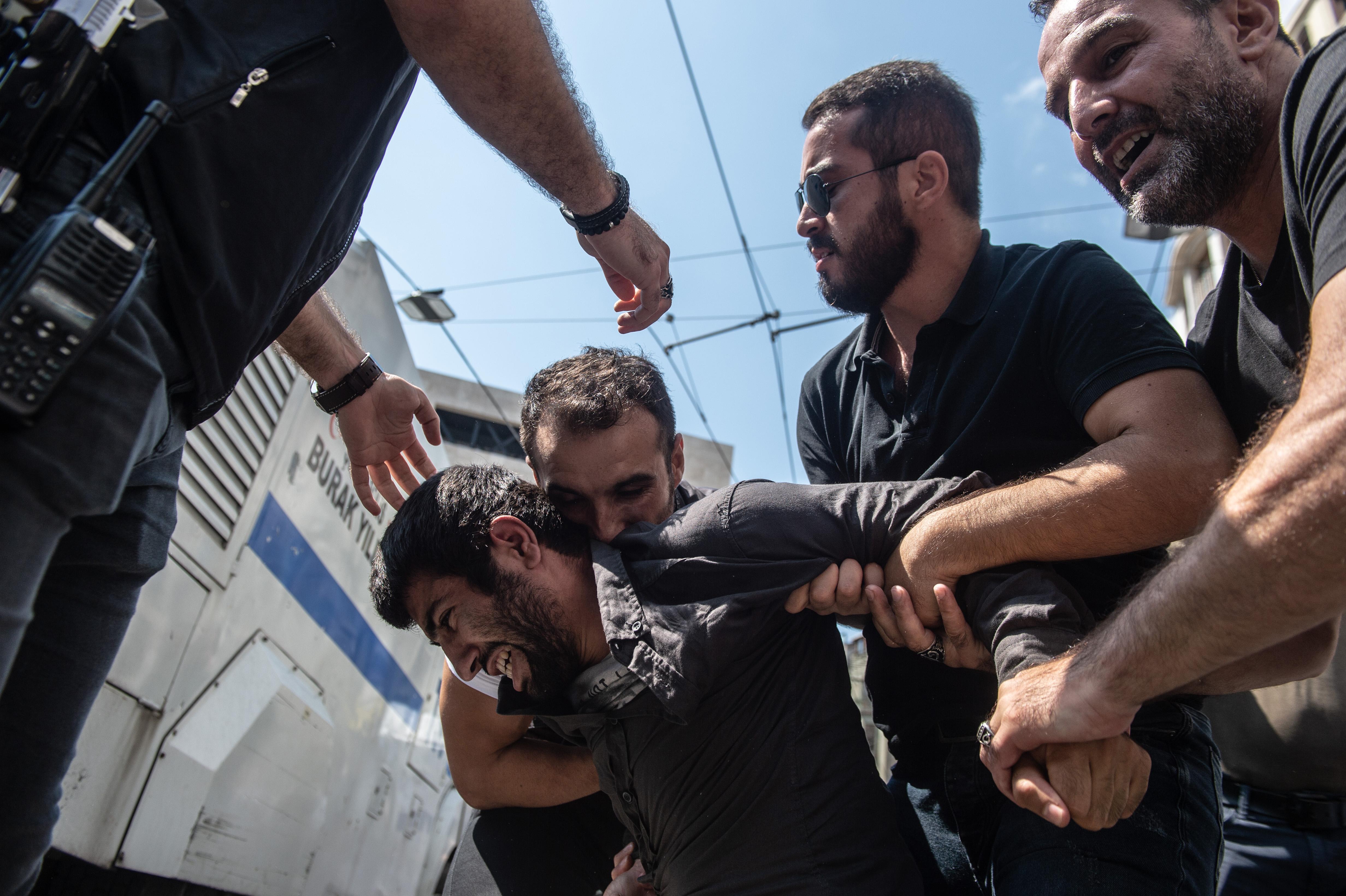 الشرطة التركية تعتقل متظاهرا في اسطنبول