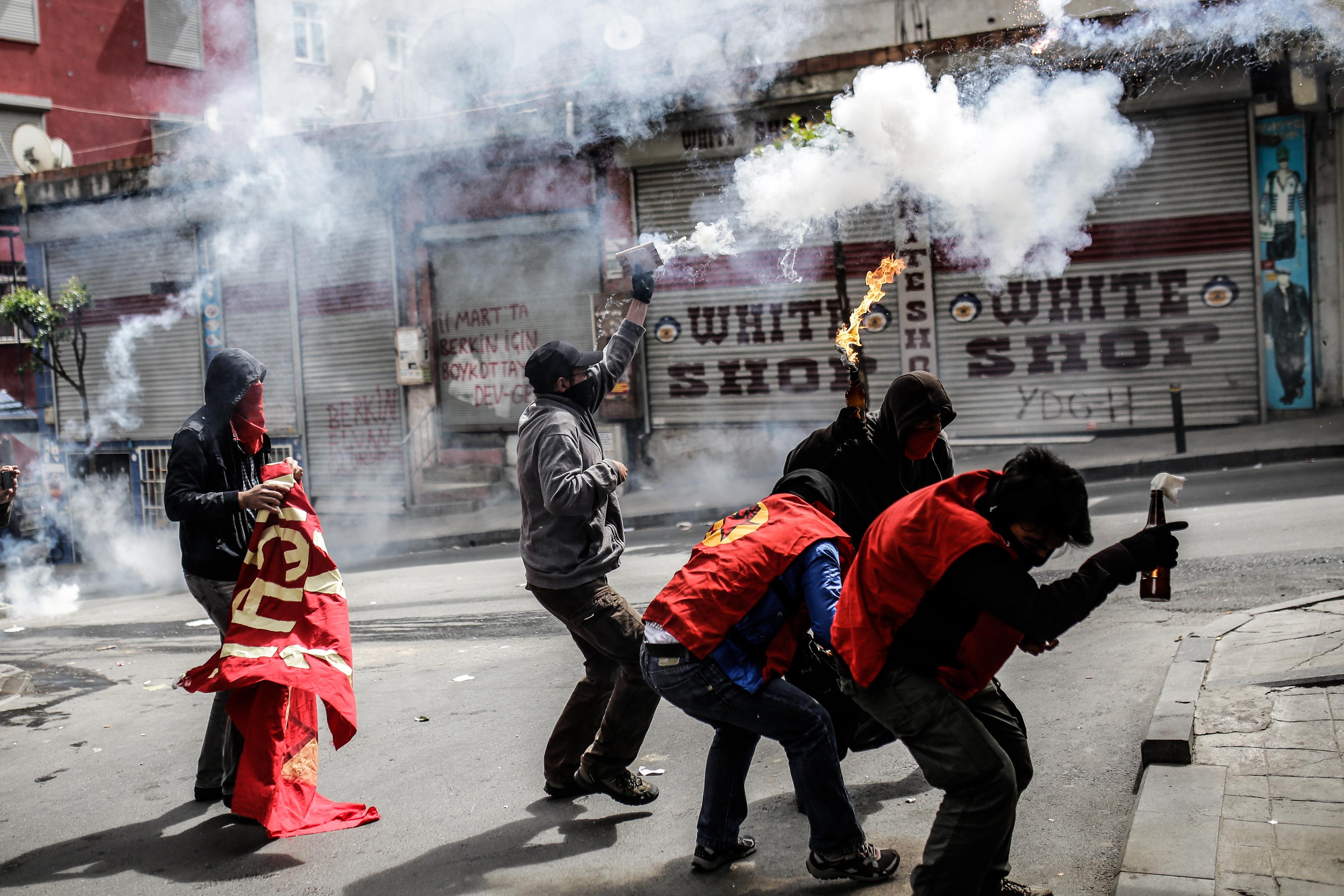متظاهرون في اسطنبول يحملون قنابل حارقة