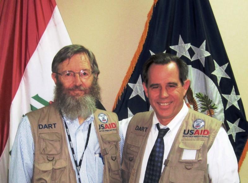رون مورتنسن (يسار) والسفير الأميركي السابق لدى العراق ستيورات جونز