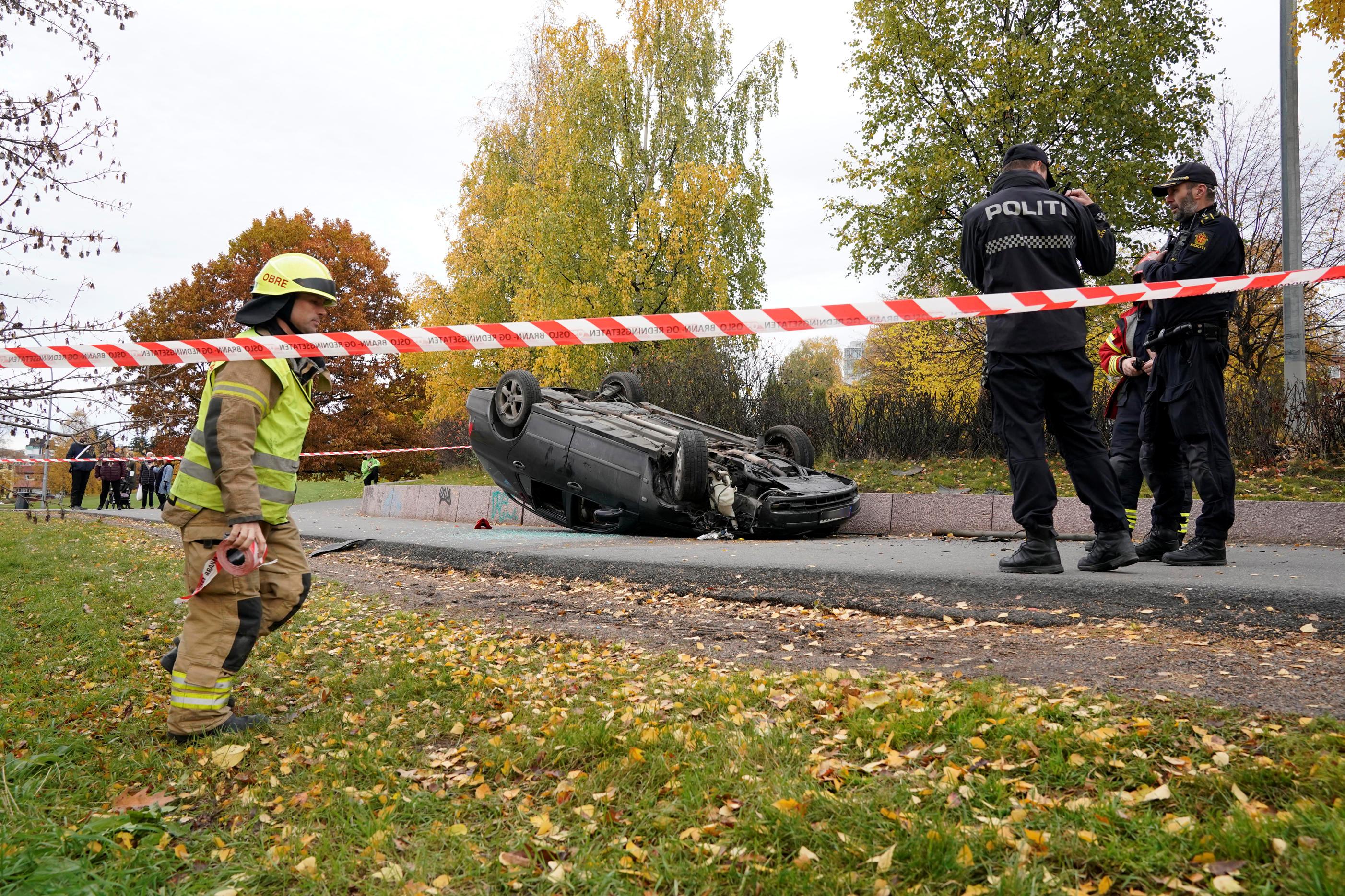 سيارة مقلوبة بعد اصطدام سيارة الإسعاف المسروقة بها في أوسلو