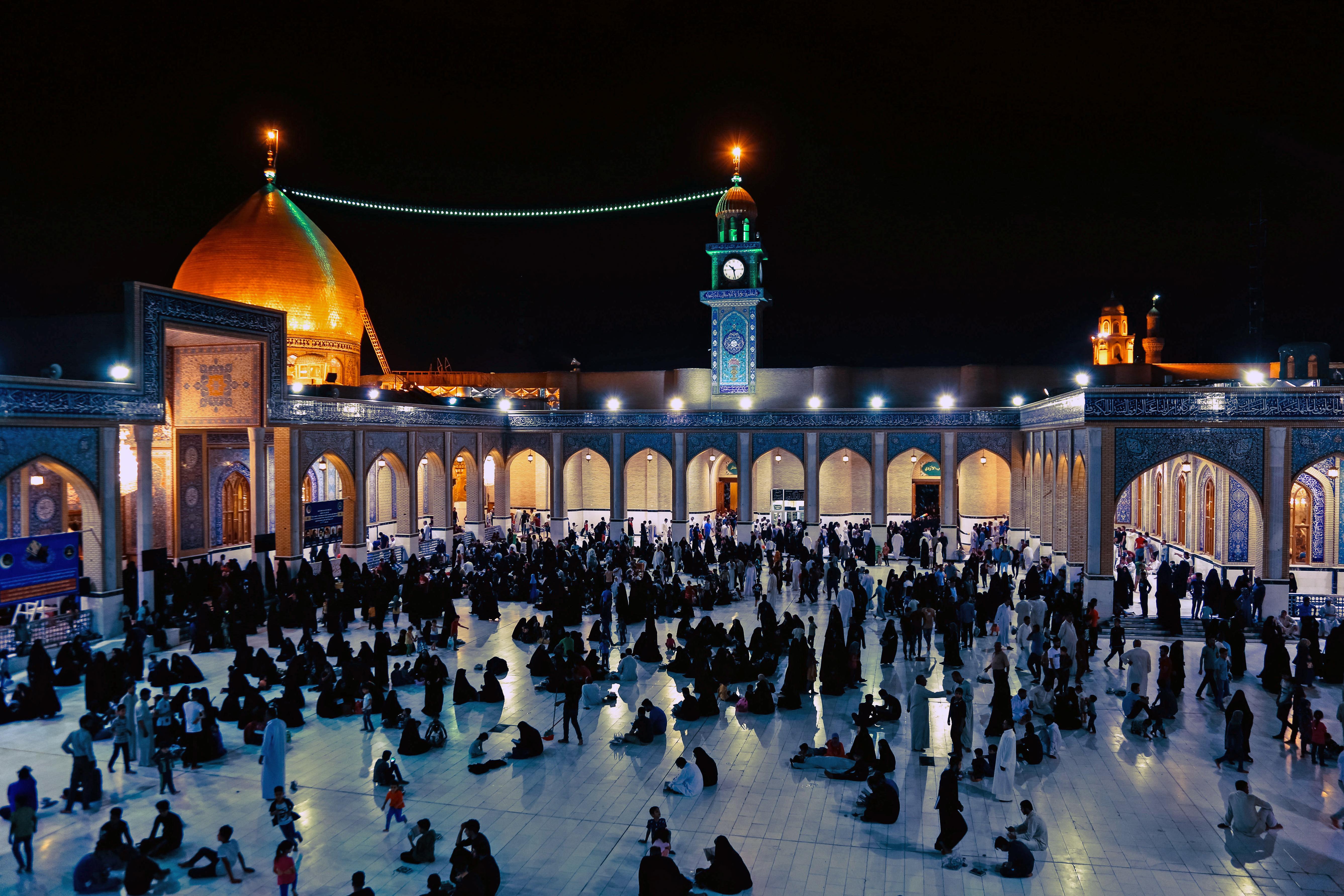 عراقيون في أحد المساجد في أواخر ليالي رمضان