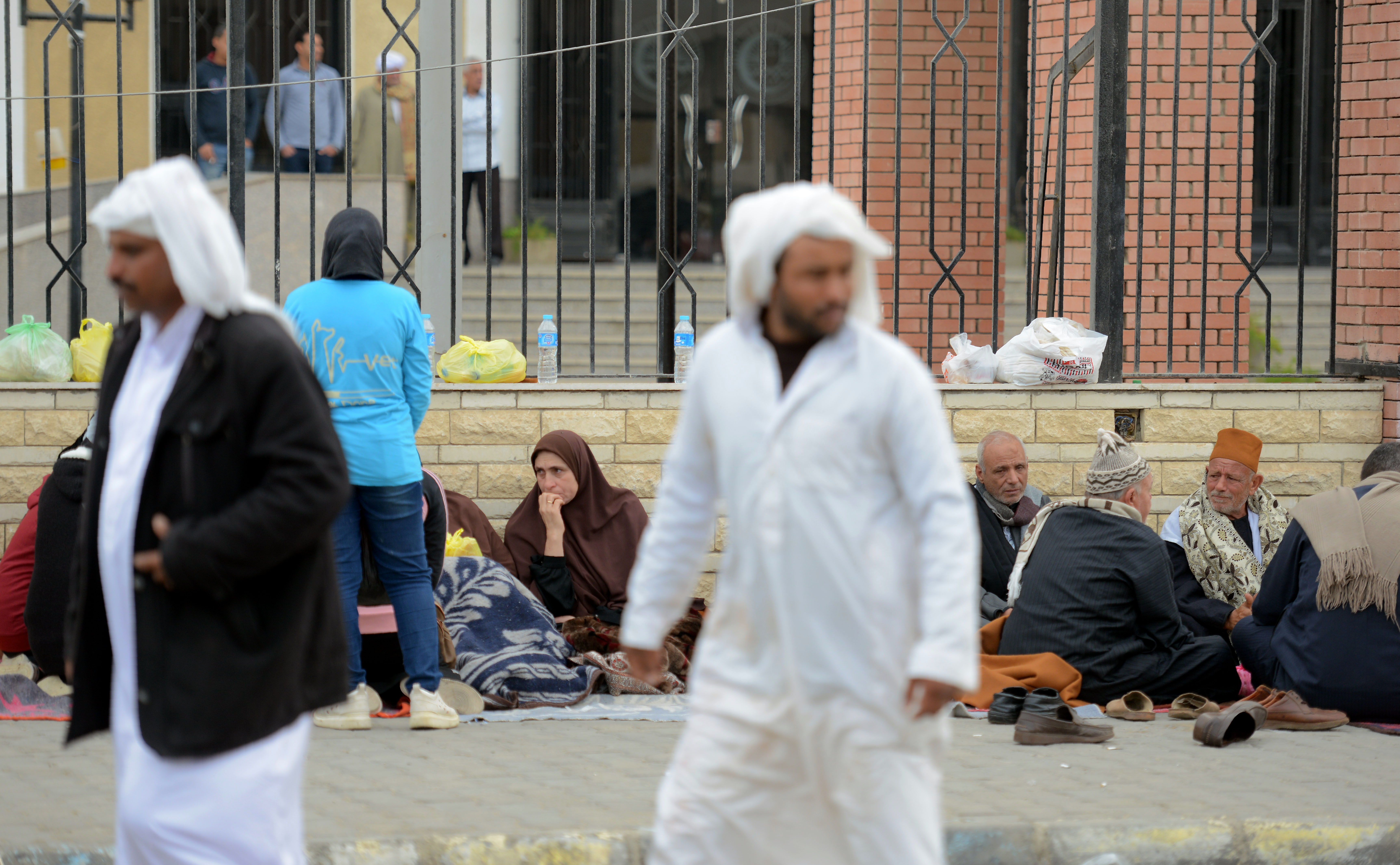 أقارب لضحايا هجوم مسجد الروضة ينتظرون أمام أحد المستشفيات