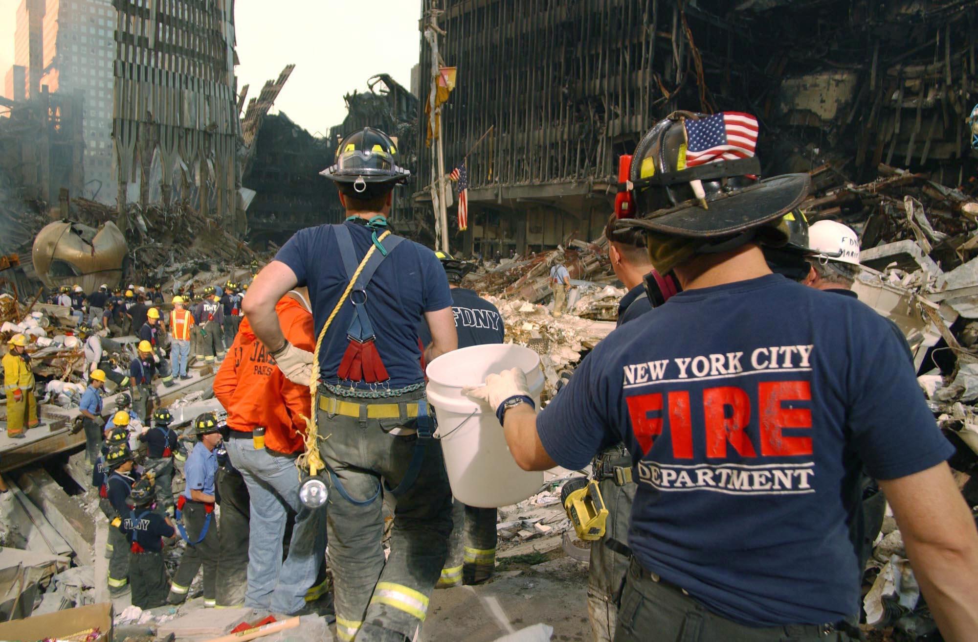عناصر في فرق الإطفاء والإنقاذ في موقع الهجمات في 19 أيلول 2001